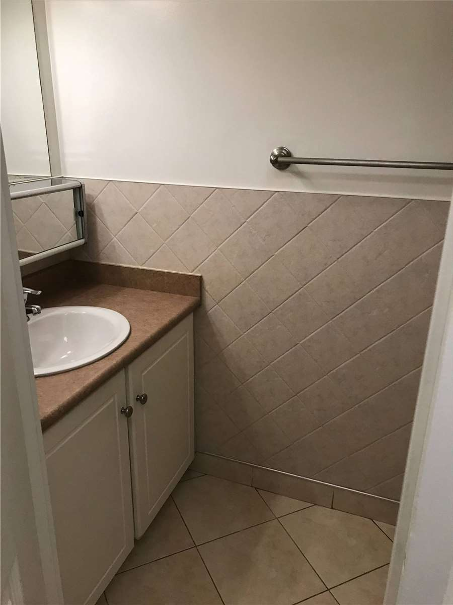 Image 2 of 16 showing inside of 2 Bedroom Condo Apt Apartment for Lease at 4001 Bayview Ave Unit# 211, Toronto M2M3Z9