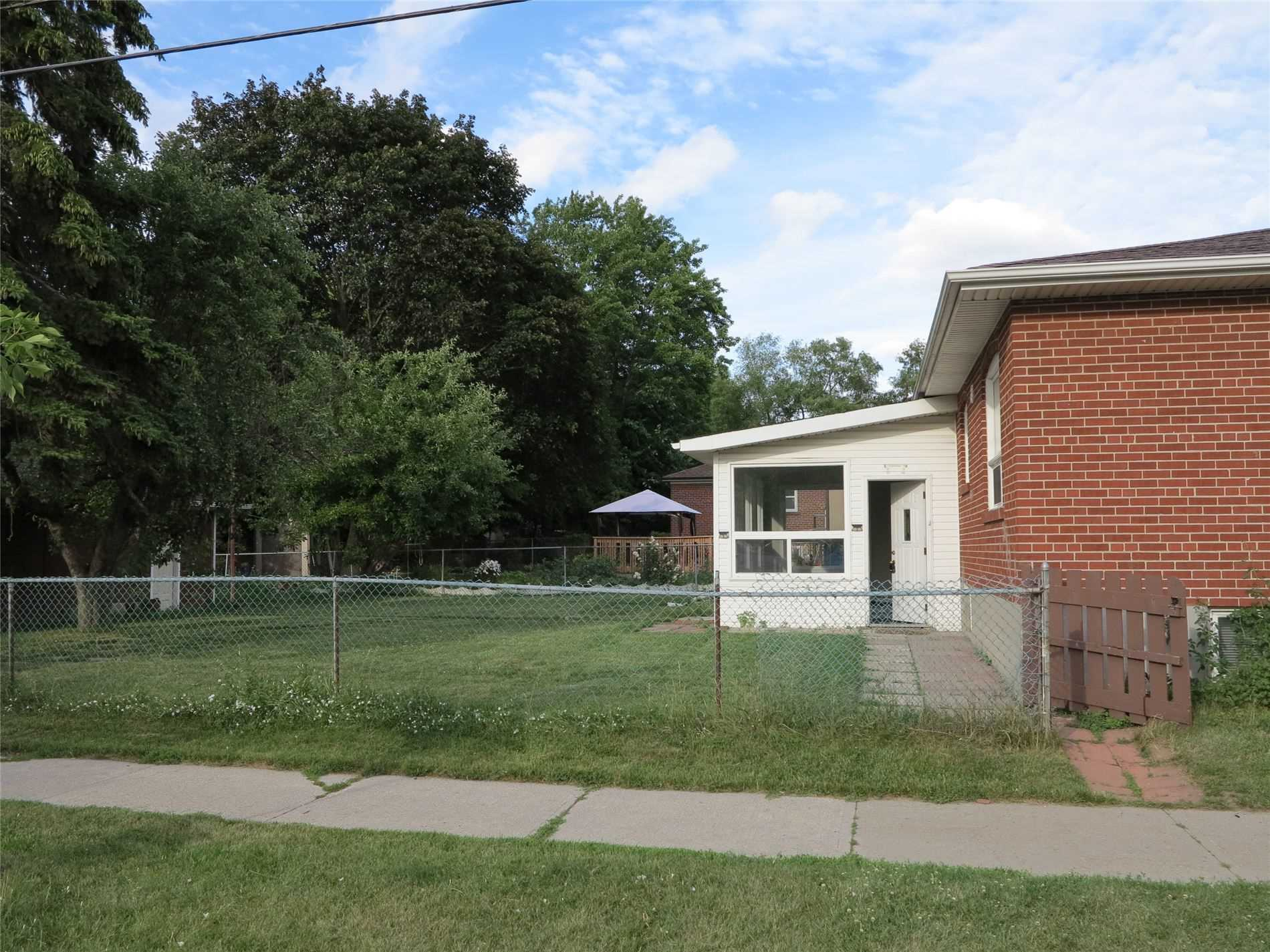 Image 7 of 30 showing inside of 3 Bedroom Detached Bungalow for Lease at 456 Drewry Ave, Toronto M2R2K7