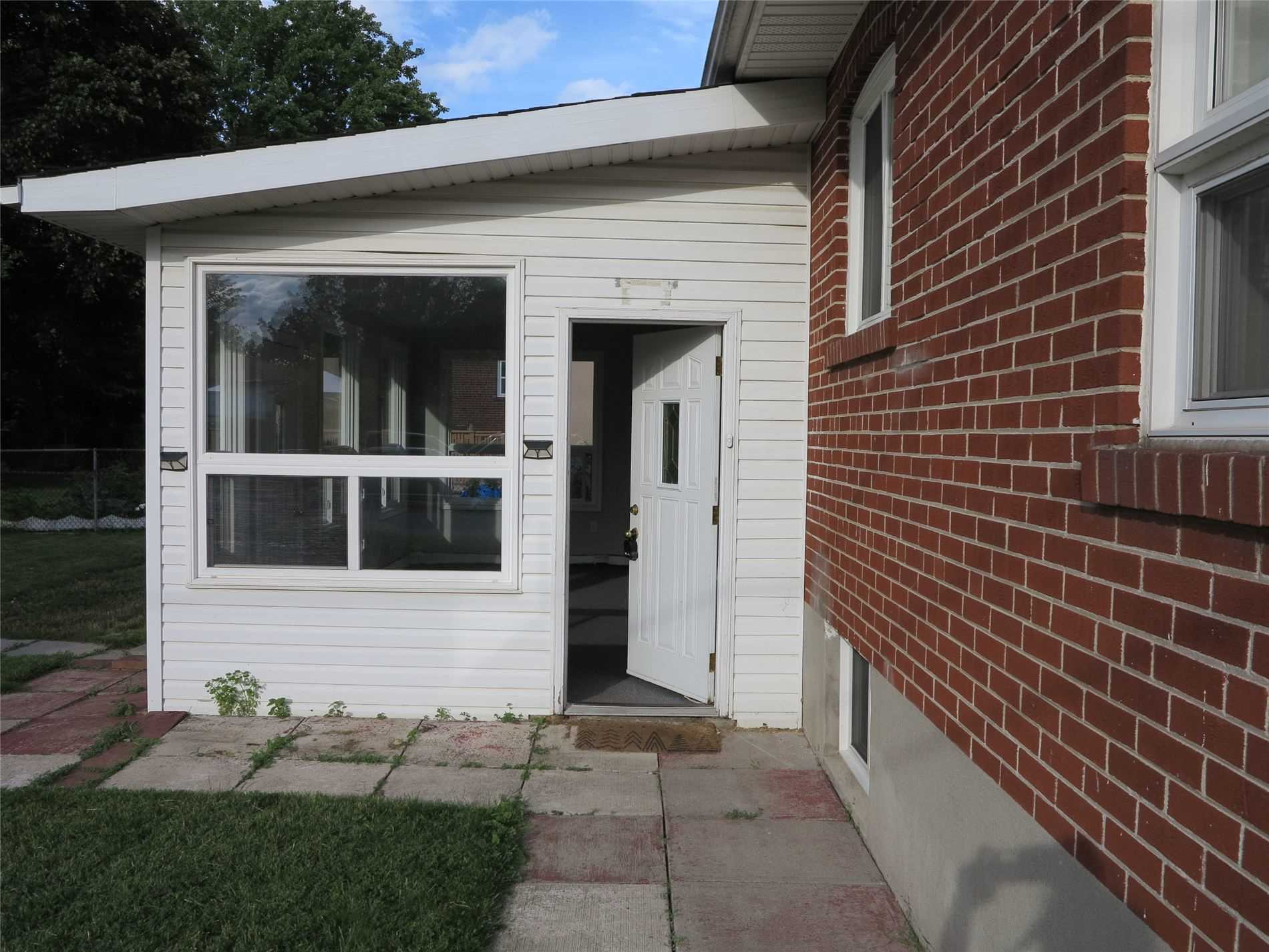 Image 8 of 30 showing inside of 3 Bedroom Detached Bungalow for Lease at 456 Drewry Ave, Toronto M2R2K7