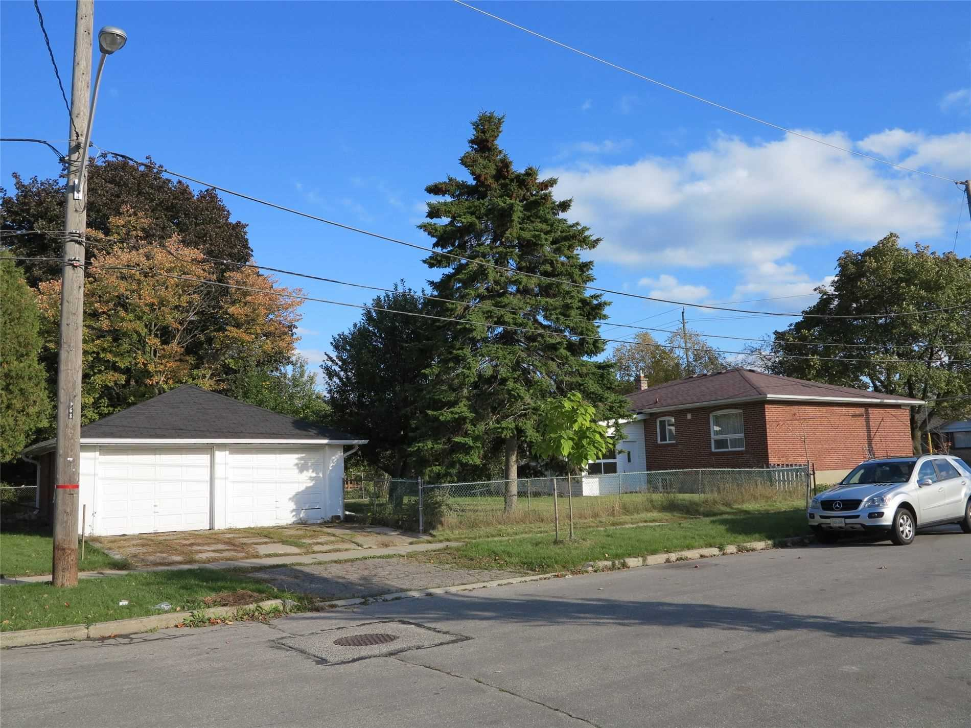 Image 10 of 30 showing inside of 3 Bedroom Detached Bungalow for Lease at 456 Drewry Ave, Toronto M2R2K7