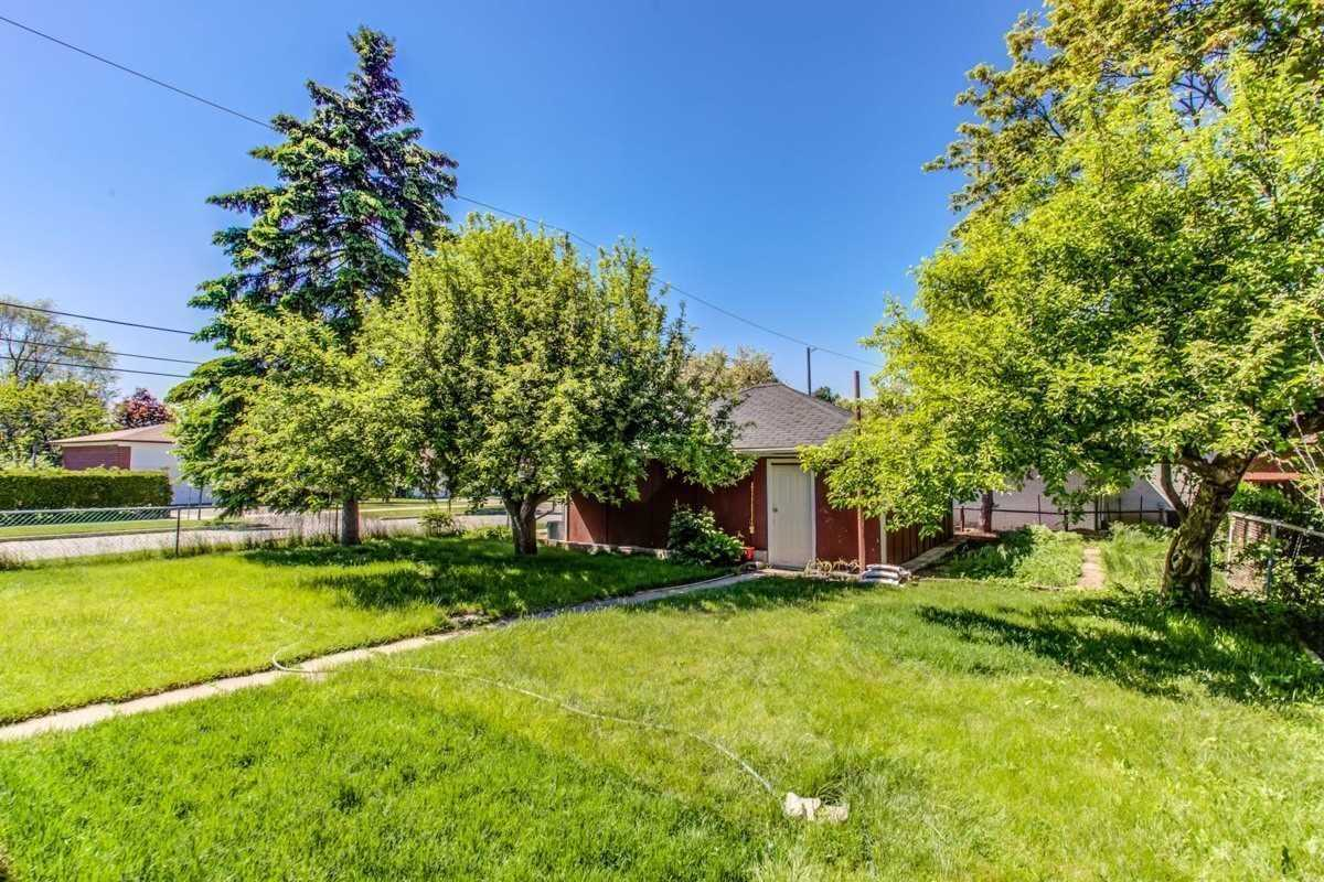 Image 15 of 30 showing inside of 3 Bedroom Detached Bungalow for Lease at 456 Drewry Ave, Toronto M2R2K7