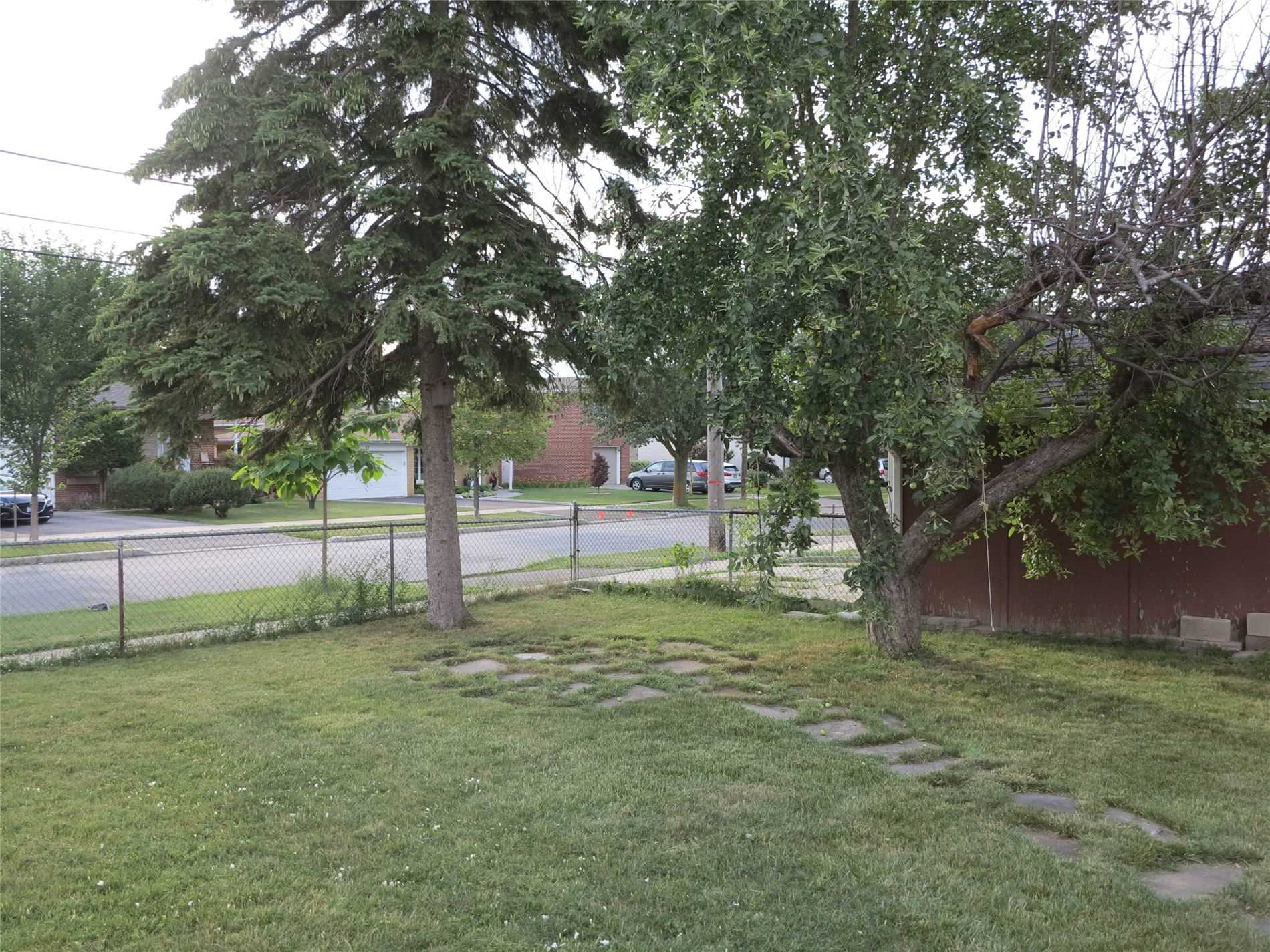 Image 21 of 30 showing inside of 3 Bedroom Detached Bungalow for Lease at 456 Drewry Ave, Toronto M2R2K7