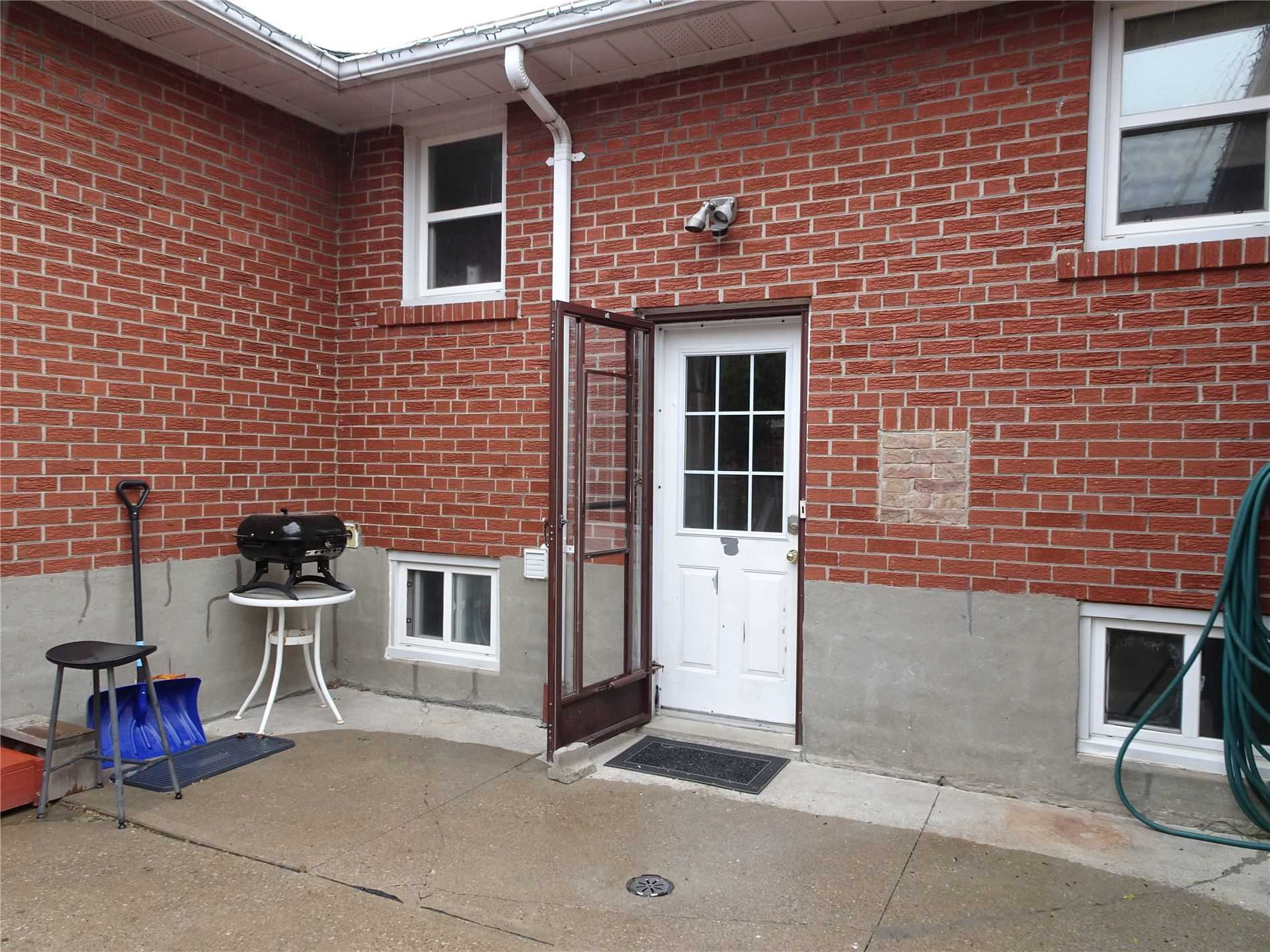 Image 3 of 9 showing inside of 3 Bedroom Detached Bungalow for Lease at 6 Mullet Rd, Toronto M2M2A6