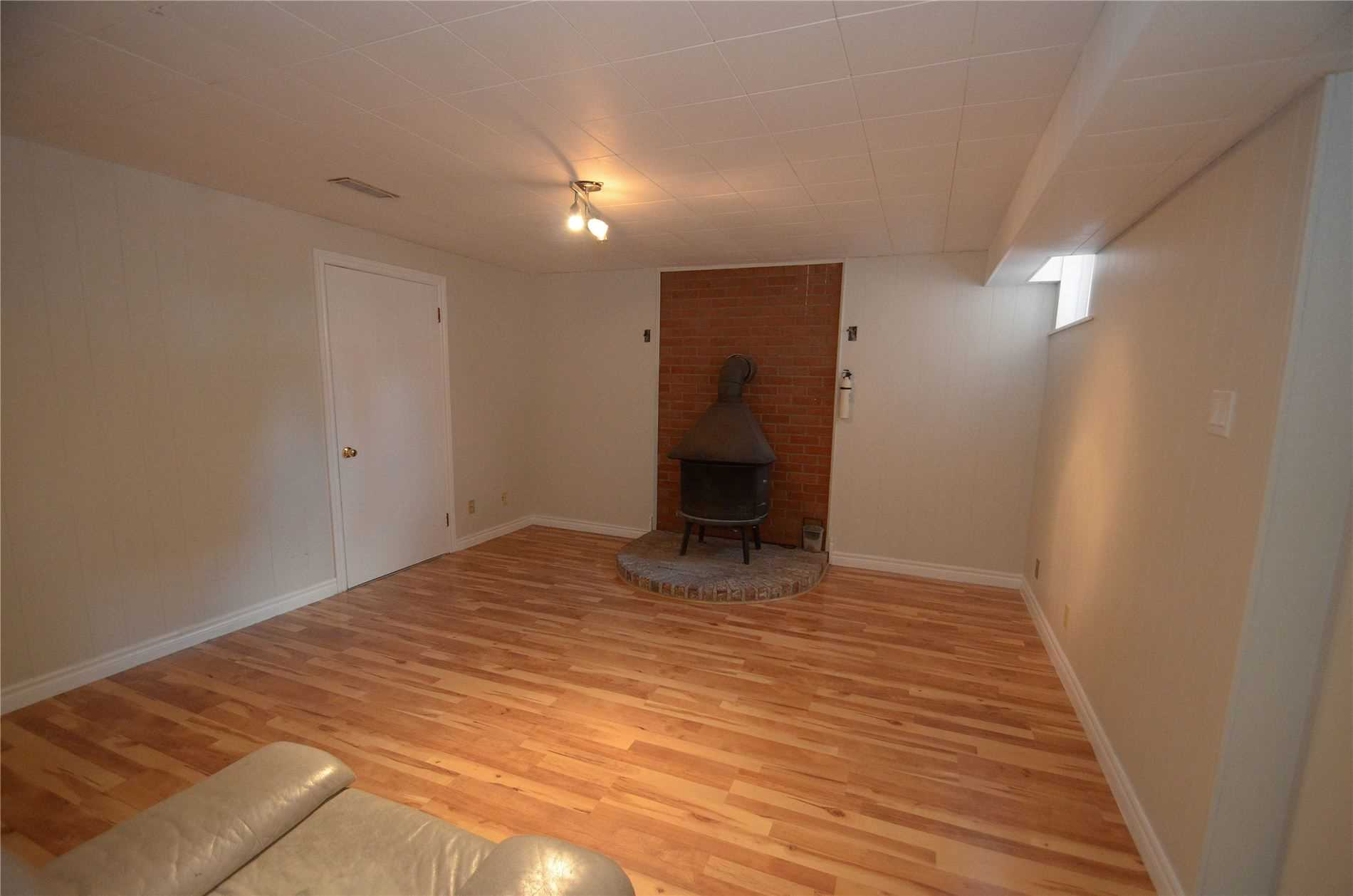 Image 4 of 9 showing inside of 3 Bedroom Detached Bungalow for Lease at 6 Mullet Rd, Toronto M2M2A6