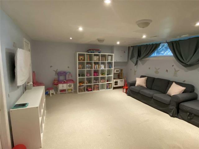 Image 19 of 31 showing inside of 3 Bedroom Detached Sidesplit 3 for Lease at 29 Revcoe Dr, Toronto M2M2B9