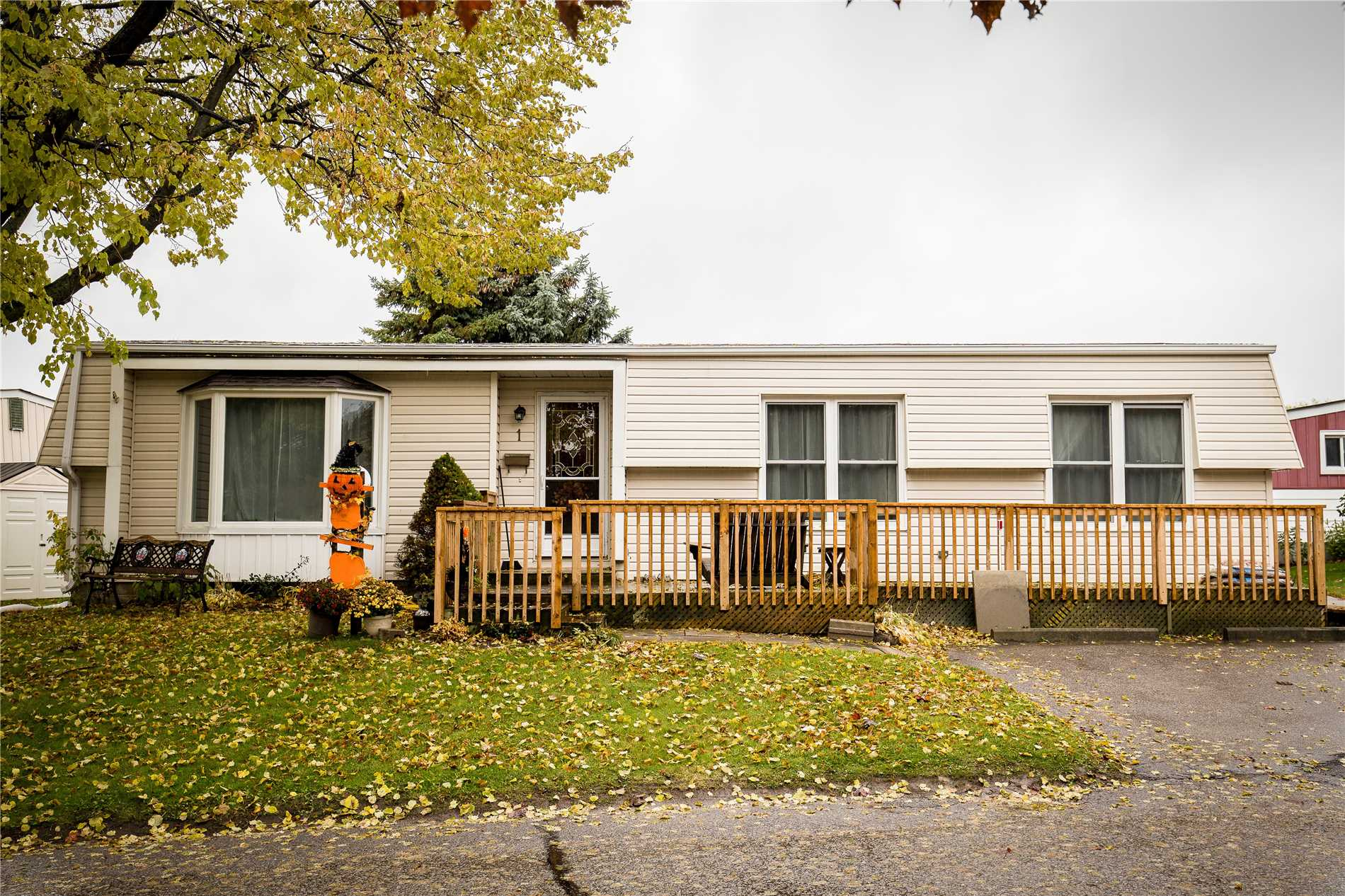 pictures of 1 Bluffs Rd, Clarington L1B1A2