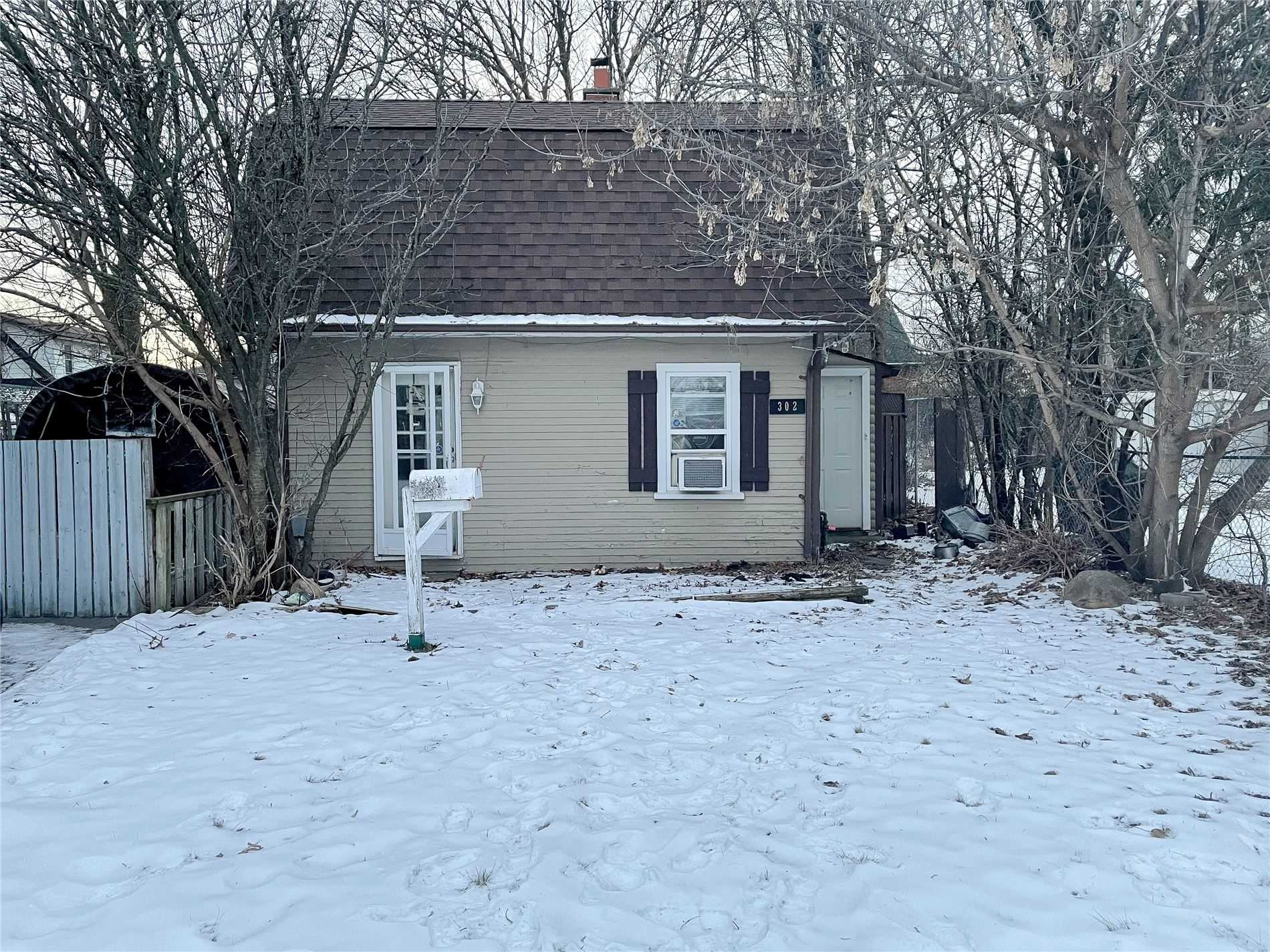 pictures of house for sale MLS: E5115616 located at 302 French St, Oshawa L1G5N5