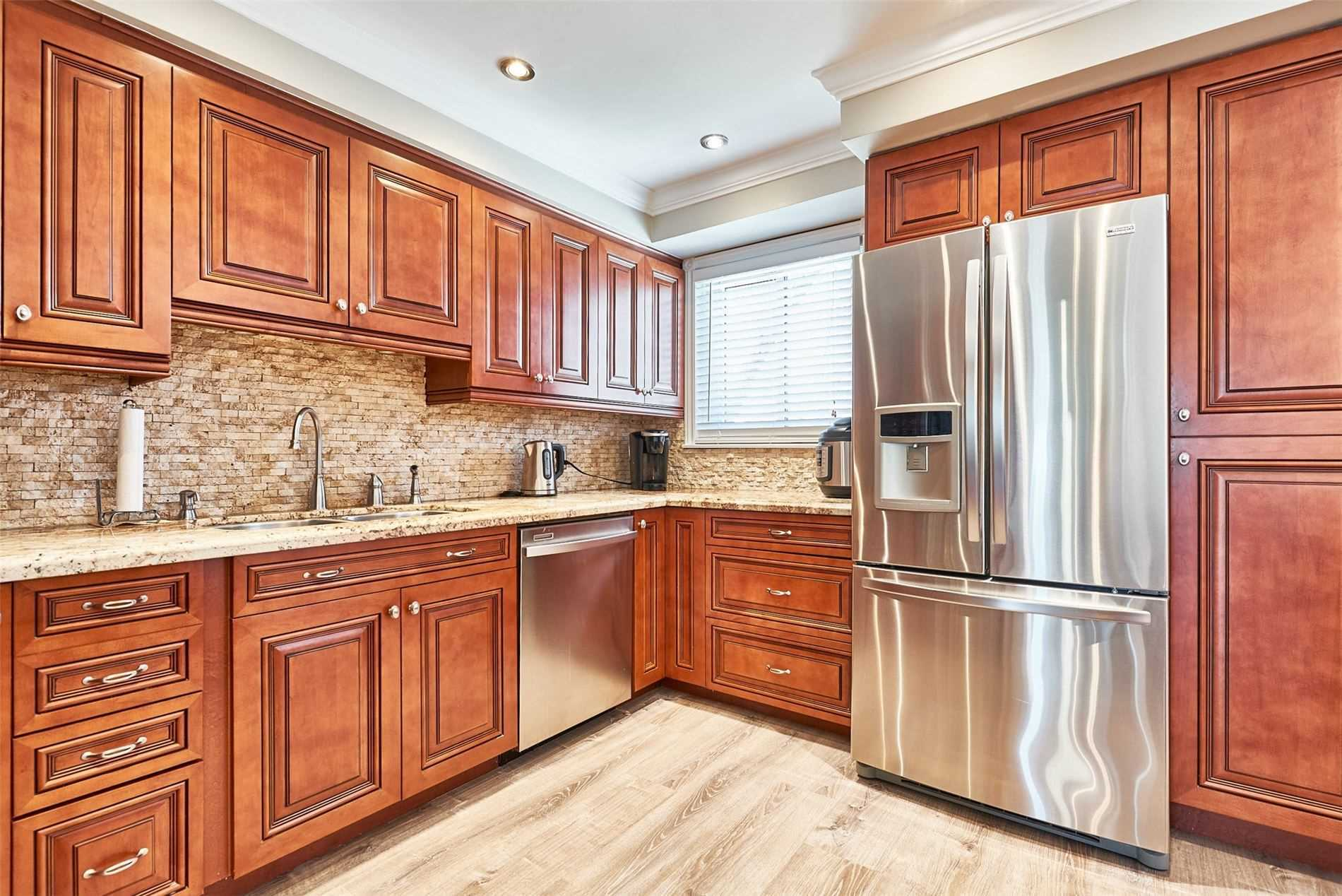 Image 5 of 33 showing inside of 3 Bedroom Condo Townhouse 2-Storey for Sale at 33 Clover Ridge Dr W Unit# 9, Ajax L1S3M5