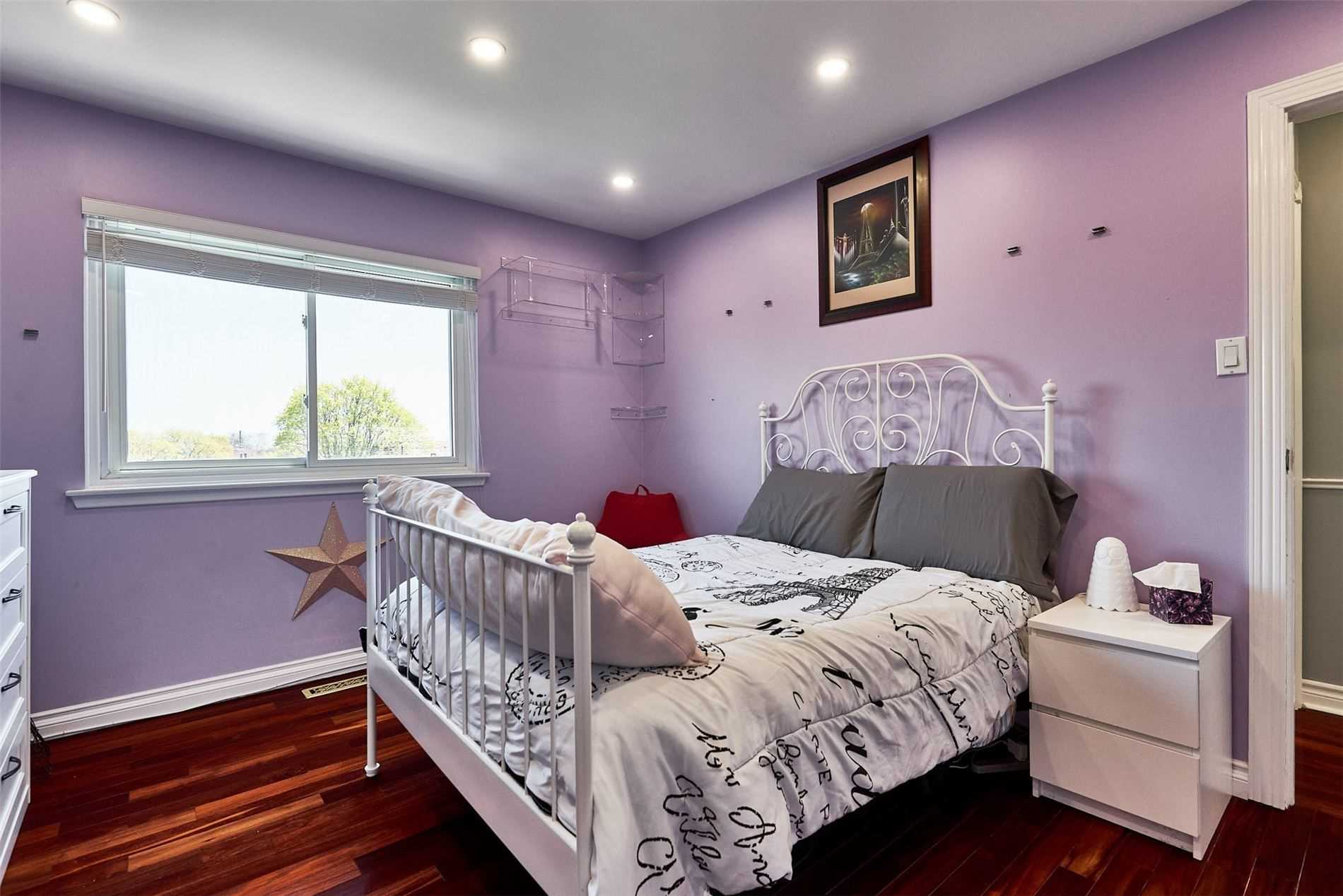 Image 11 of 33 showing inside of 3 Bedroom Condo Townhouse 2-Storey for Sale at 33 Clover Ridge Dr W Unit# 9, Ajax L1S3M5