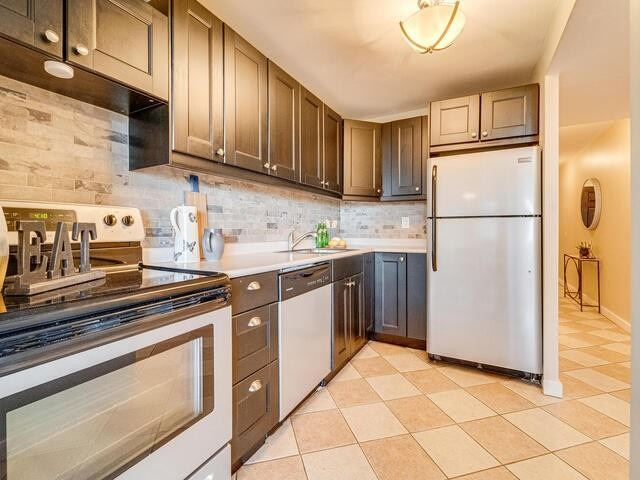 Image 4 of 25 showing inside of 2 Bedroom Condo Apt Apartment for Sale at 2 Westney Rd N Unit# 1203, Ajax L1T3H3