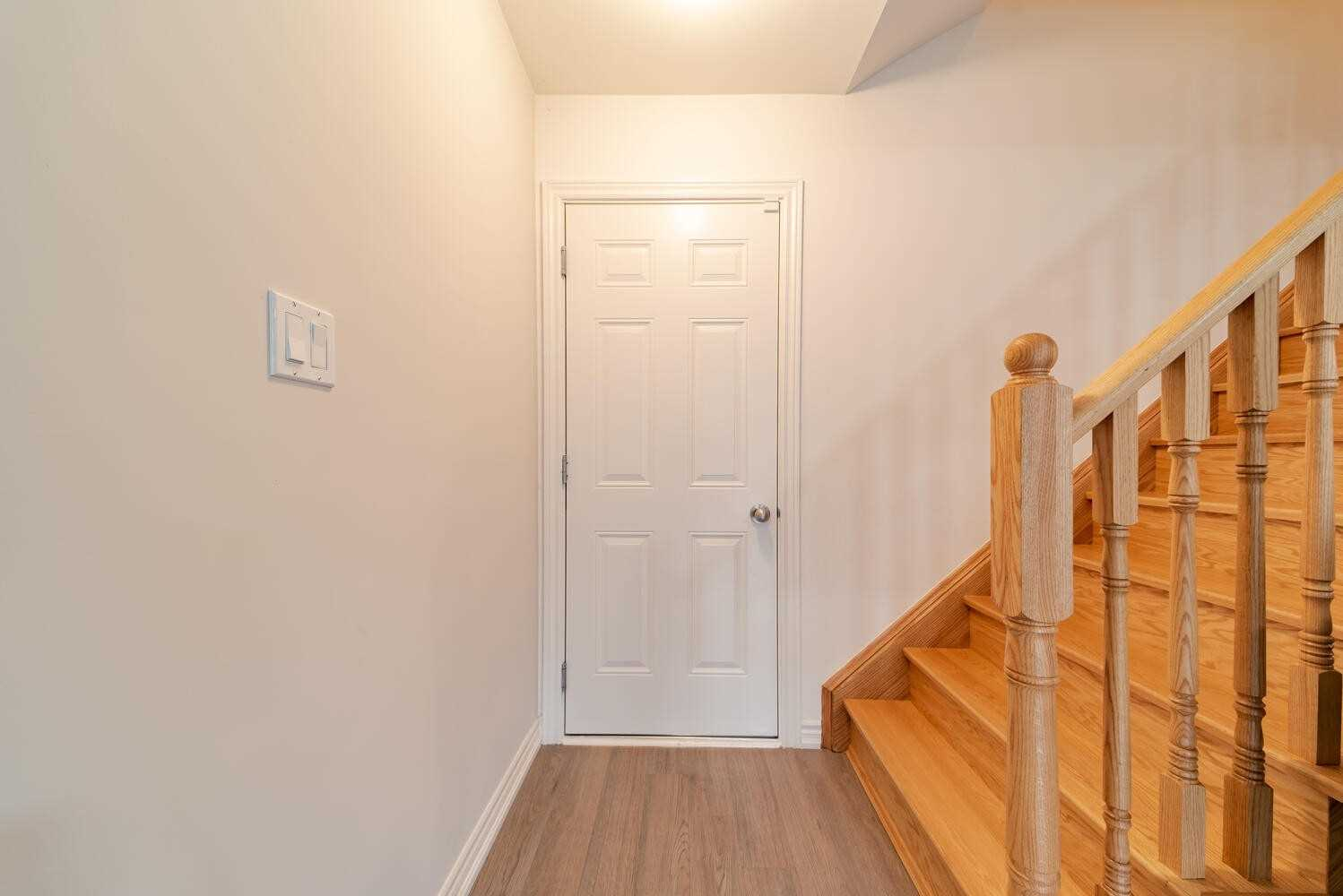 Image 17 of 40 showing inside of 3 Bedroom Condo Townhouse 2-Storey for Sale at 2738 William Jackson Dr Unit# 6, Pickering L1X0E6