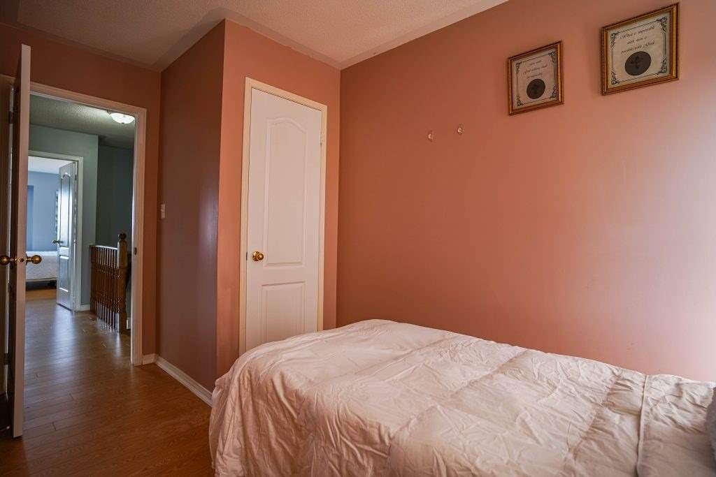 Image 6 of 25 showing inside of 3 Bedroom Condo Townhouse 3-Storey for Sale at 68 Oakins Lane W Unit# 34, Ajax L1T0H1