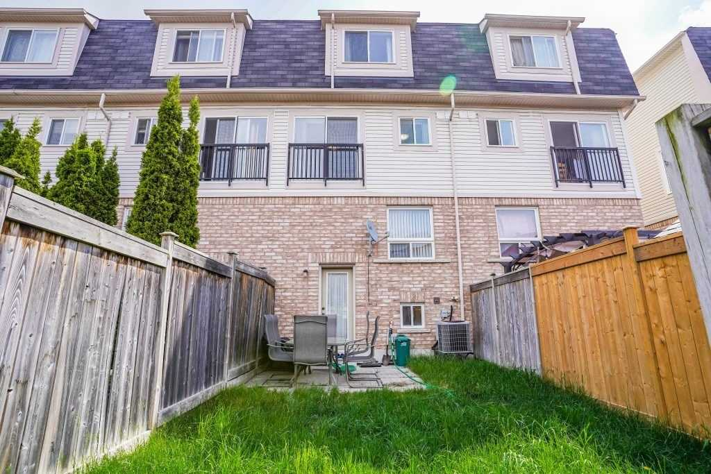 Image 17 of 25 showing inside of 3 Bedroom Condo Townhouse 3-Storey for Sale at 68 Oakins Lane W Unit# 34, Ajax L1T0H1