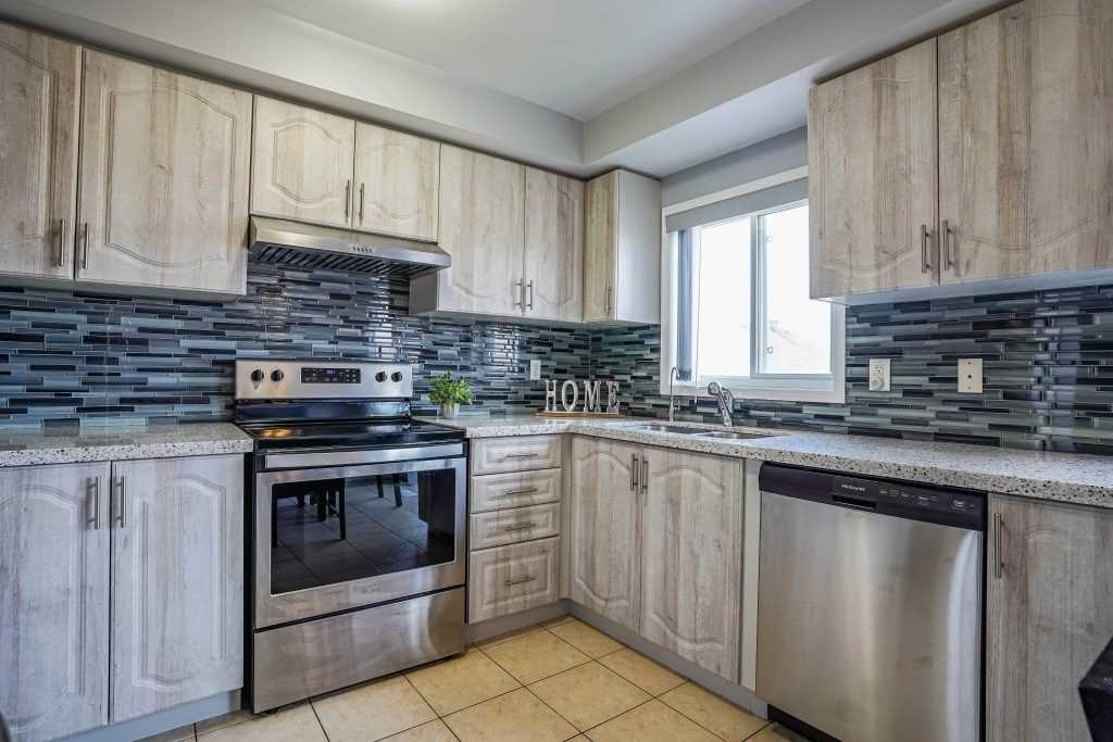 Image 23 of 25 showing inside of 3 Bedroom Condo Townhouse 3-Storey for Sale at 68 Oakins Lane W Unit# 34, Ajax L1T0H1