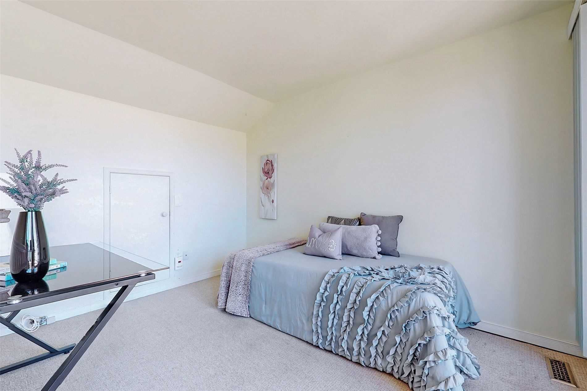 Image 31 of 40 showing inside of 3 Bedroom Condo Townhouse 3-Storey for Sale at 14 Cumberland Lane Unit# 7, Ajax L1S7K4
