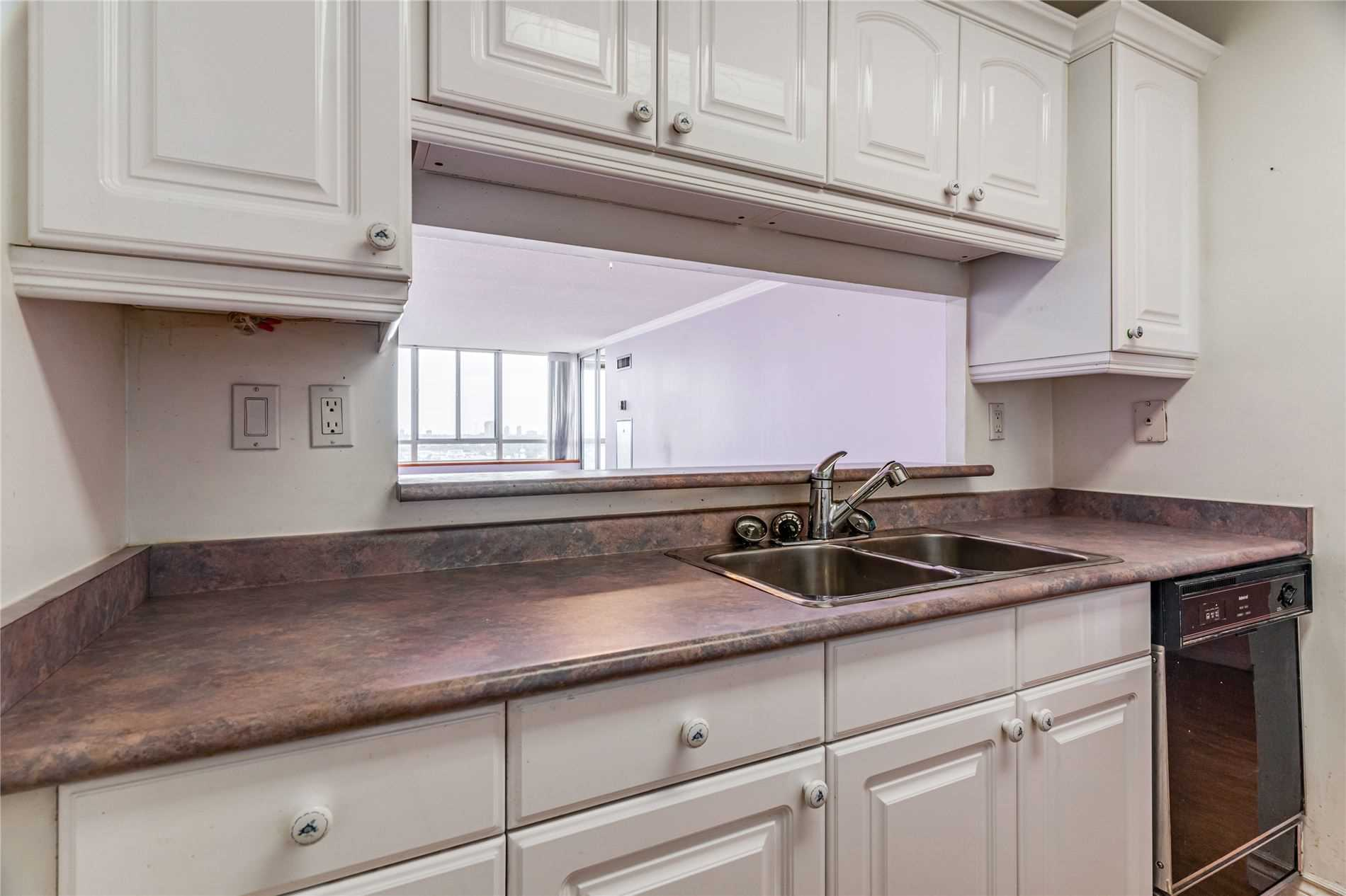 Image 4 of 40 showing inside of 2 Bedroom Condo Apt Apartment for Sale at 1665 Pickering Pkwy Unit# 812, Pickering L1V6L4