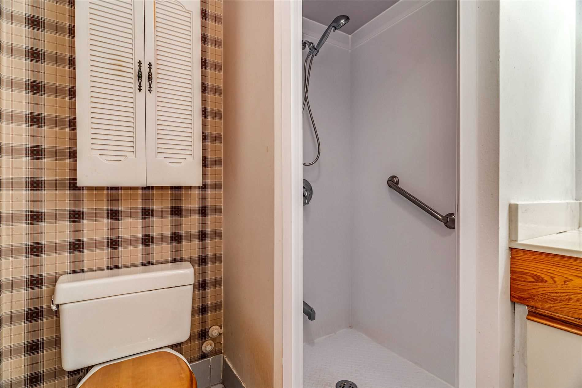 Image 20 of 40 showing inside of 2 Bedroom Condo Apt Apartment for Sale at 1665 Pickering Pkwy Unit# 812, Pickering L1V6L4