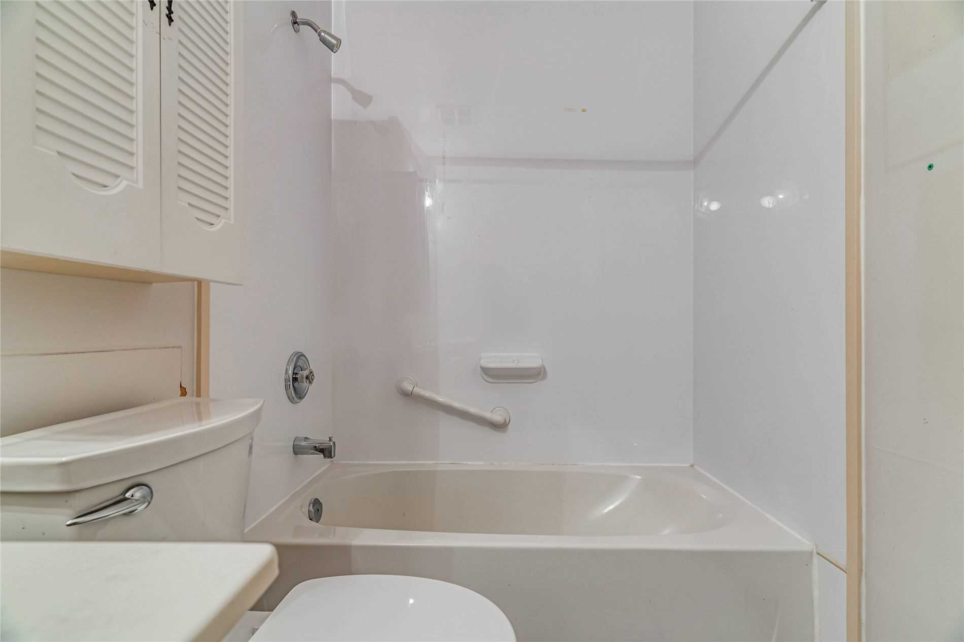 Image 25 of 40 showing inside of 2 Bedroom Condo Apt Apartment for Sale at 1665 Pickering Pkwy Unit# 812, Pickering L1V6L4