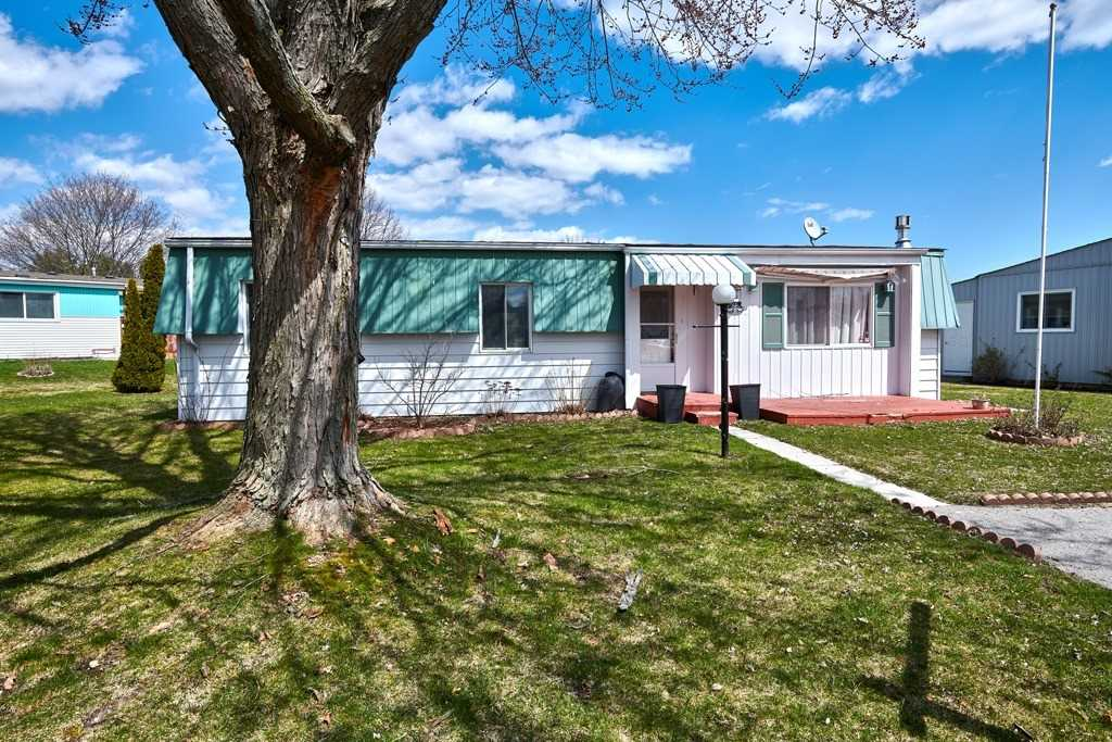 pictures of house for sale MLS: N4630224 located at 8 Botwood Crt, Innisfil L9S1N6