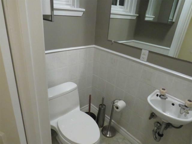 Image 2 of 11 showing inside of 1 Bedroom Semi-Detached Backsplit 3 for Lease at 11 Mcdonald Dr, Aurora L4G2T4
