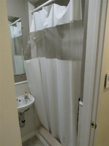 Image 11 of 11 showing inside of 1 Bedroom Semi-Detached Backsplit 3 for Lease at 11 Mcdonald Dr, Aurora L4G2T4
