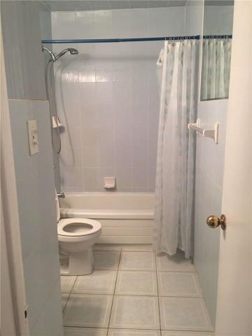 Image 2 of 13 showing inside of 4 Bedroom Semi-Detached Apartment for Lease at 18 Richardson Dr, Aurora L4G1Z1