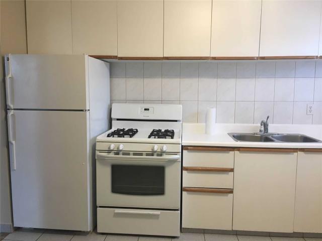 Image 3 of 13 showing inside of 4 Bedroom Semi-Detached Apartment for Lease at 18 Richardson Dr, Aurora L4G1Z1