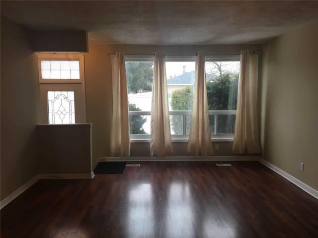 Image 7 of 13 showing inside of 4 Bedroom Semi-Detached Apartment for Lease at 18 Richardson Dr, Aurora L4G1Z1