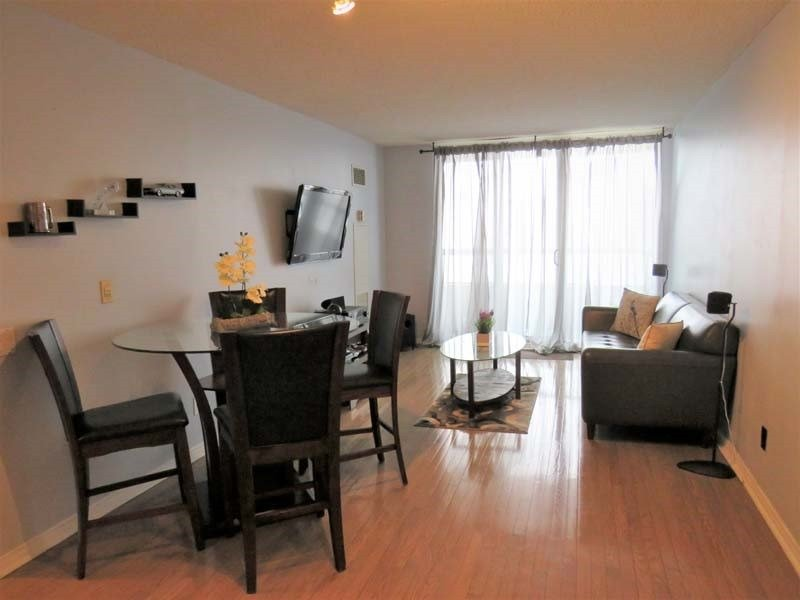 Image 10 of 14 showing inside of 1 Bedroom Condo Apt Apartment for Sale at 9 Northern Heights Dr Unit# 409, Richmond Hill L4B4M5
