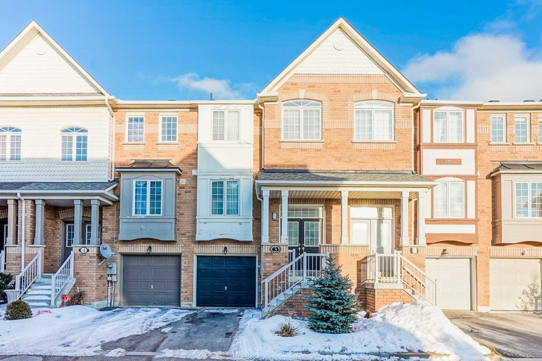 pictures of house for sale MLS: N4705340 located at 10 Old Colony Rd, Richmond Hill L4E3X2