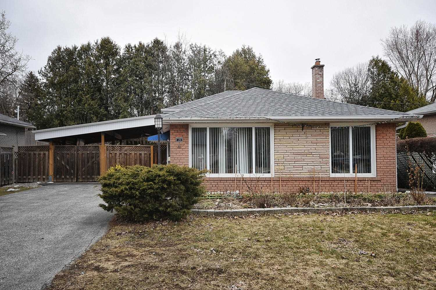 pictures of house for sale MLS: N4727720 located at 29 Aurora Heights Dr, Aurora L4G2W6