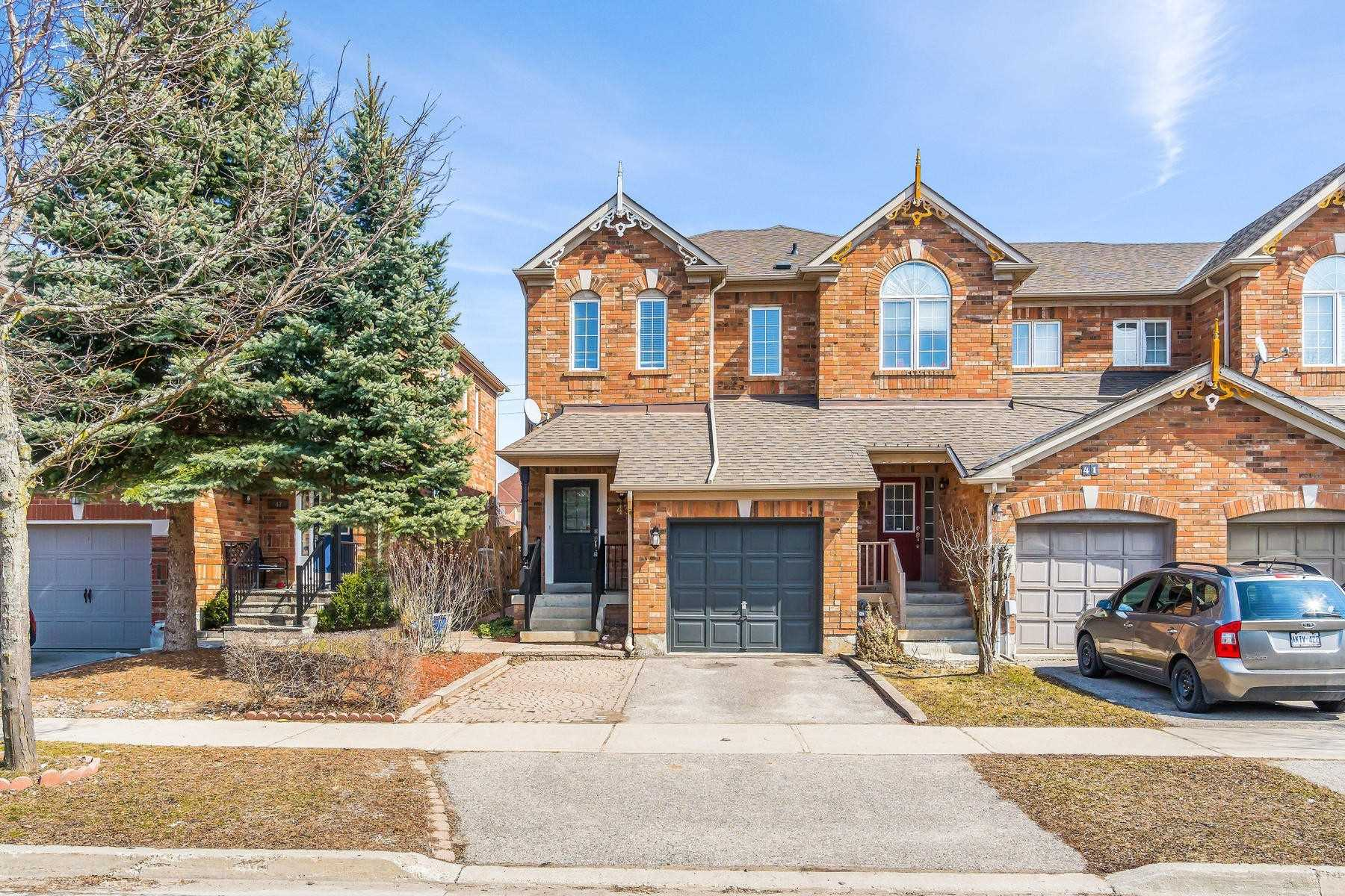 pictures of house for sale MLS: N4729188 located at 43 Snedden Ave, Aurora L4G7K4