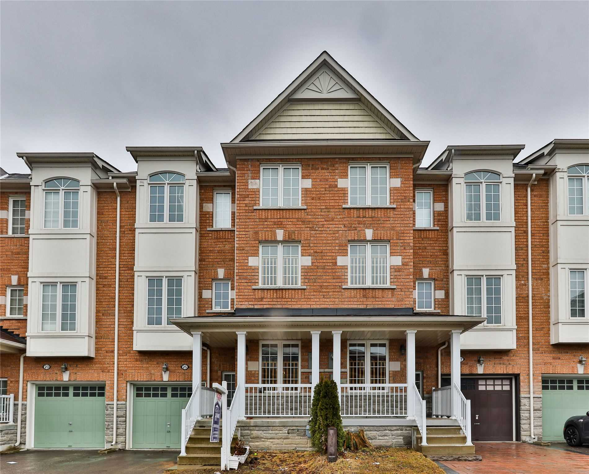 pictures of house for sale MLS: N4736172 located at 15 Old Colony Rd, Richmond Hill L4E4L5