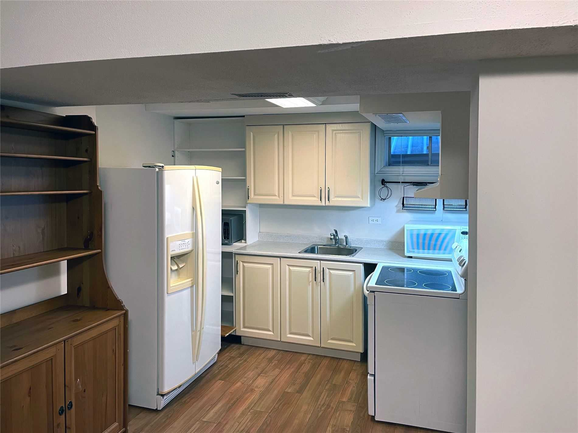Image 4 of 9 showing inside of 1 Bedroom Detached 2-Storey for Lease at 20 Mcnairn Crt, Richmond Hill L4C5X1