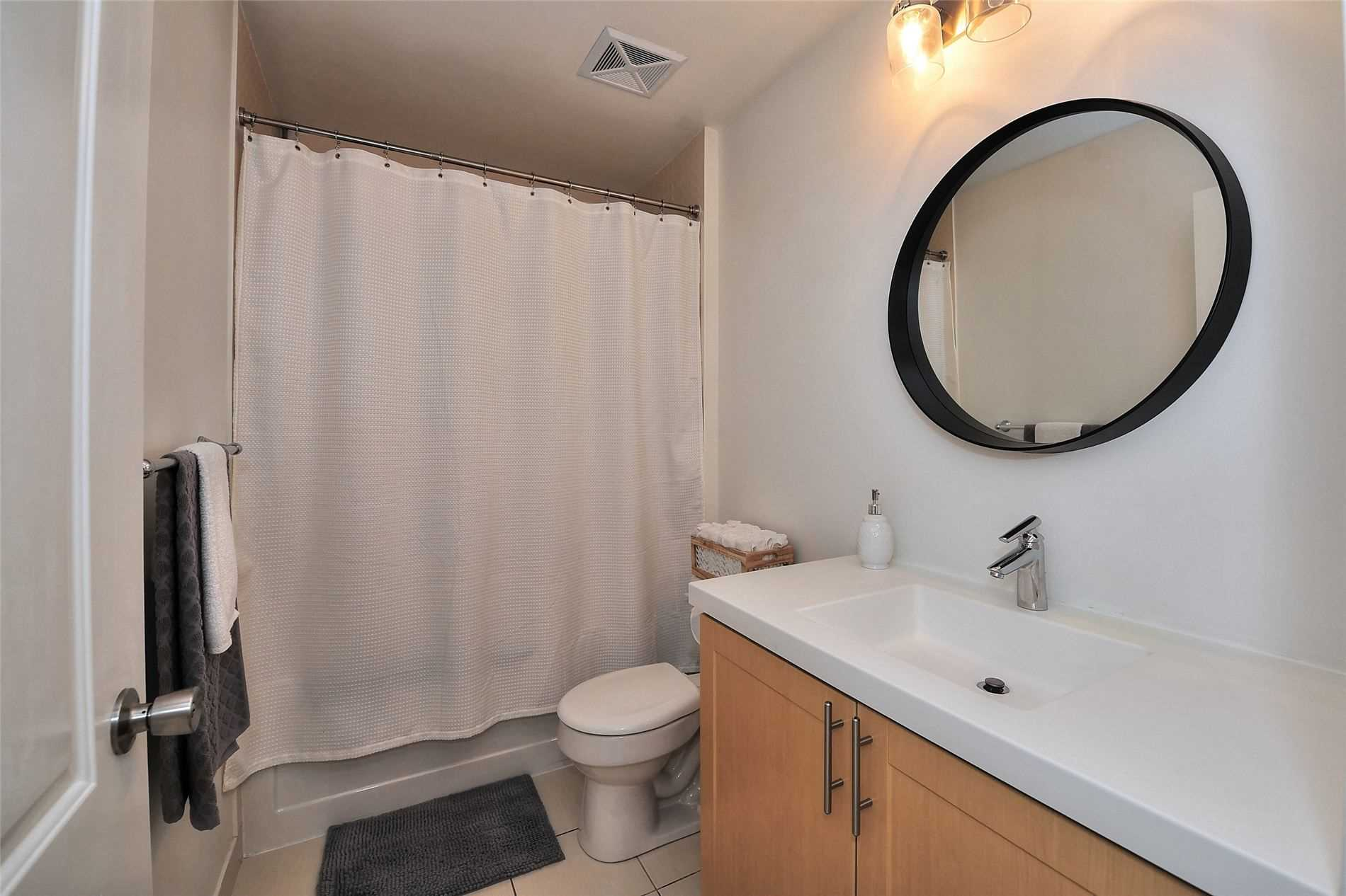 Image 17 of 30 showing inside of 1 Bedroom Condo Apt Apartment for Sale at 30 North Park Rd Unit# 101, Vaughan L4J0G6