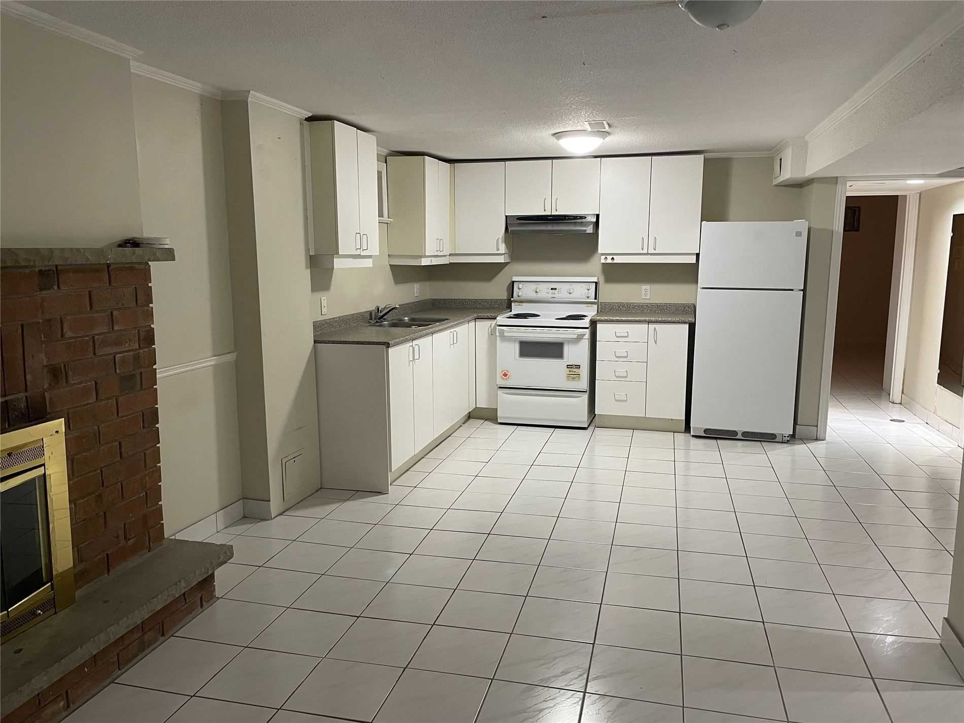 Image 4 of 5 showing inside of 1 Bedroom Detached 2-Storey for Lease at 180 Don Head Village Blvd, Richmond Hill L4C7R5