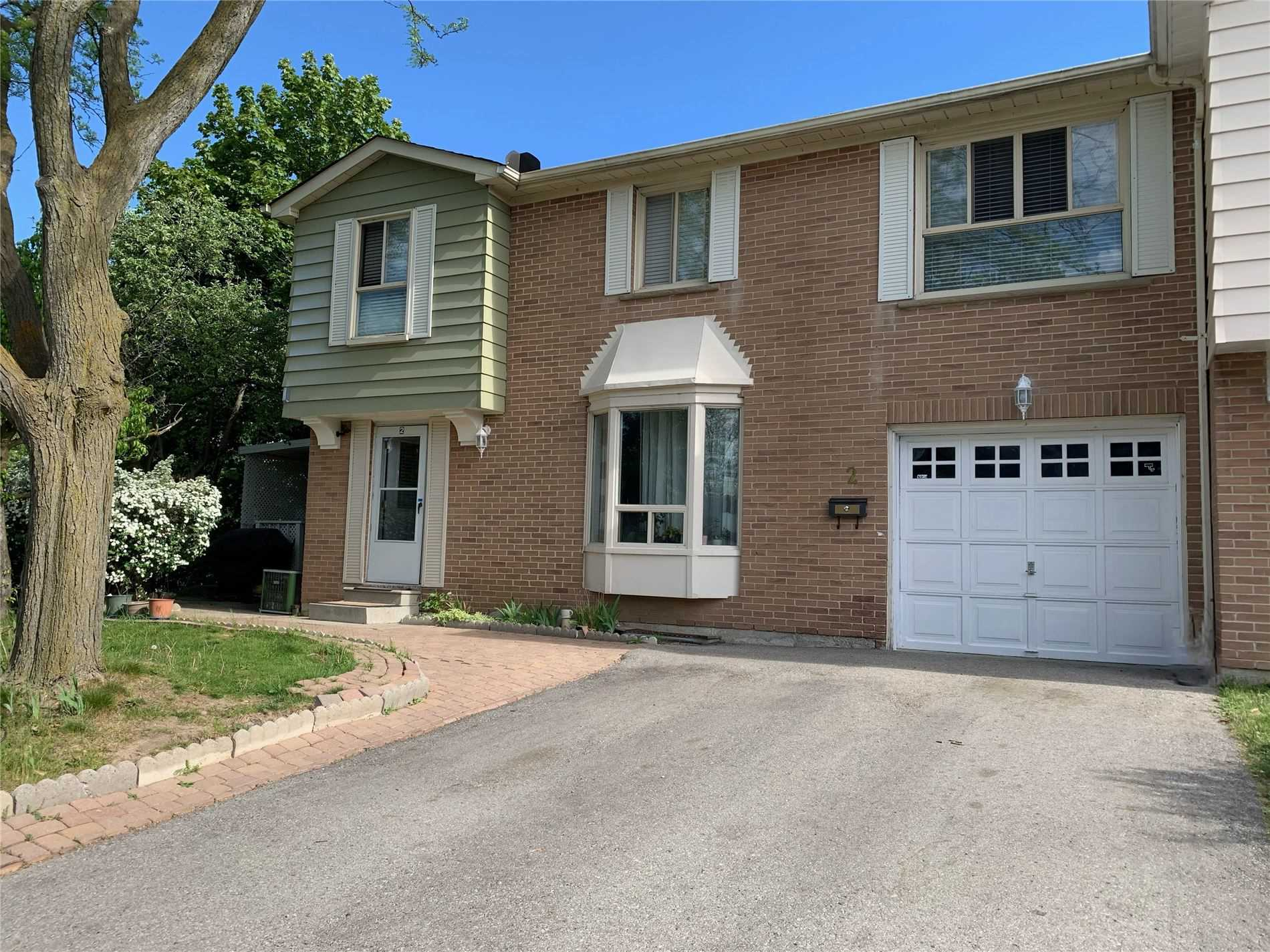 pictures of house for sale MLS: N5247715 located at 2 Denava Gate, Richmond Hill L4C5E4