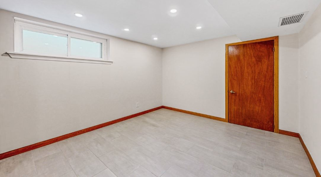 Image 2 of 16 showing inside of 1 Bedroom Lower Level Apartment for Lease at 45 Kersey Cres, Richmond Hill L4C5H4