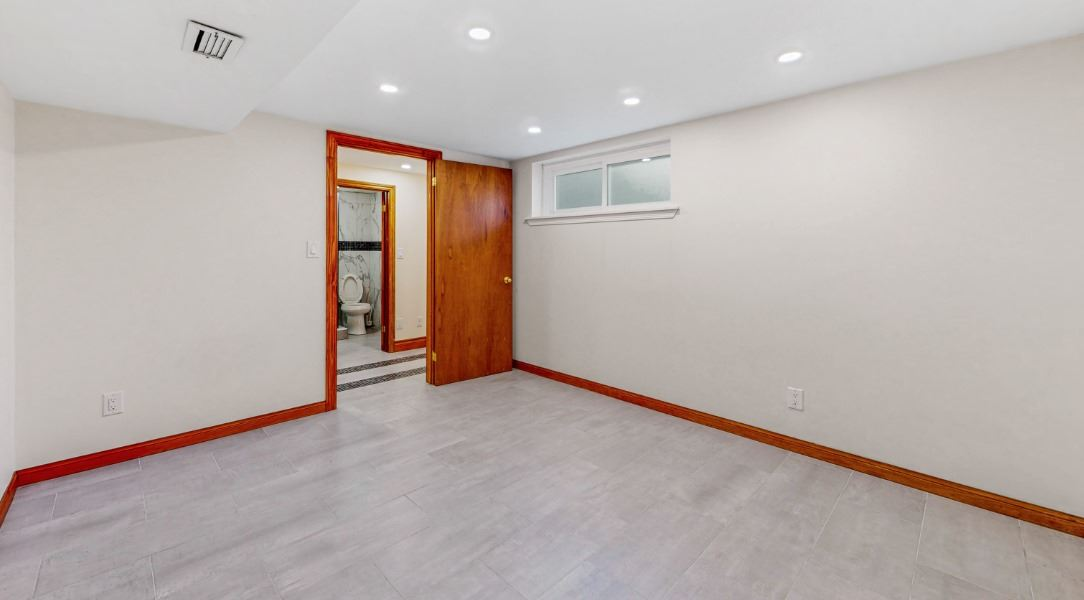 Image 4 of 16 showing inside of 1 Bedroom Lower Level Apartment for Lease at 45 Kersey Cres, Richmond Hill L4C5H4