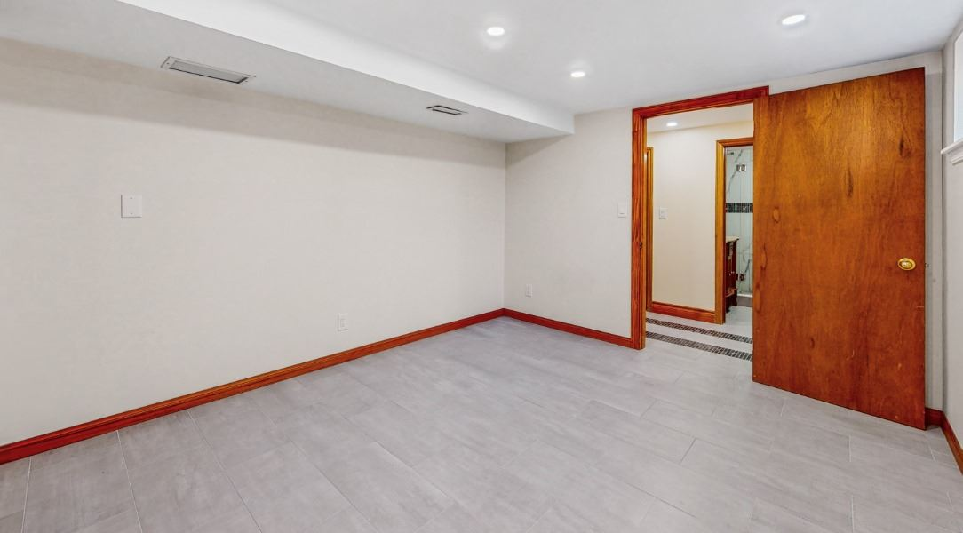 Image 5 of 16 showing inside of 1 Bedroom Lower Level Apartment for Lease at 45 Kersey Cres, Richmond Hill L4C5H4
