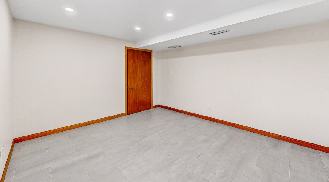 Image 16 of 16 showing inside of 1 Bedroom Lower Level Apartment for Lease at 45 Kersey Cres, Richmond Hill L4C5H4