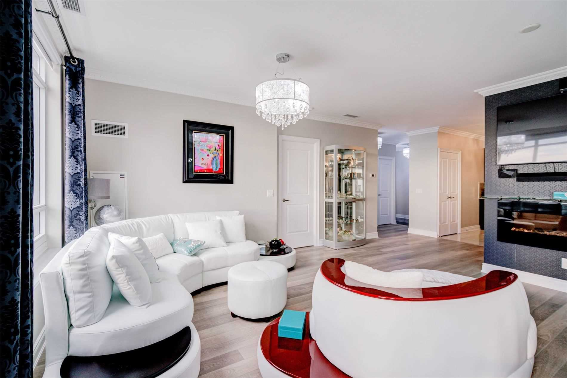 Image 5 of 39 showing inside of 2 Bedroom Condo Apt Apartment for Sale at 9255 Jane St Unit# 1603, Vaughan L6A0K1