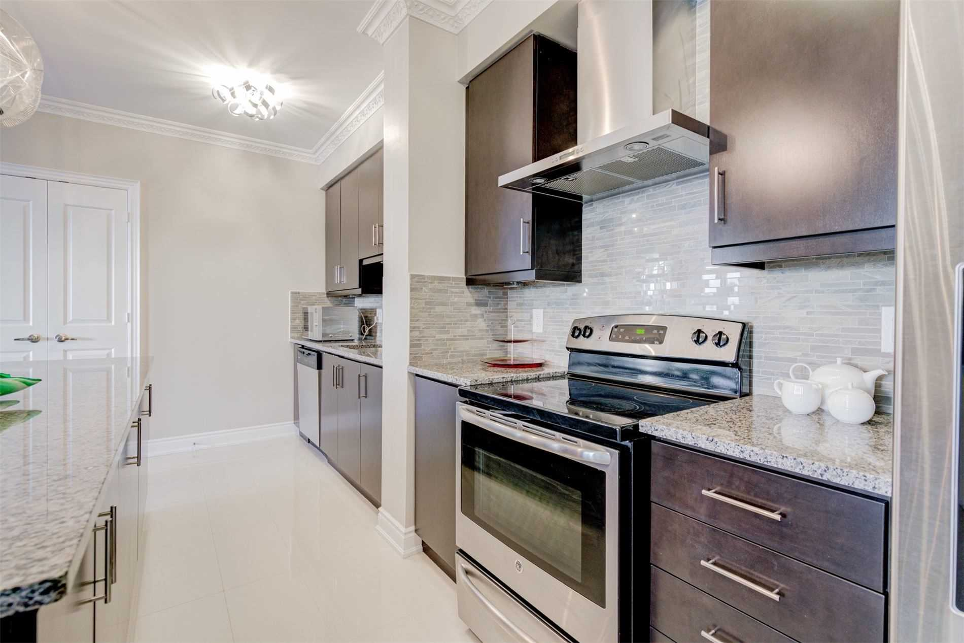 Image 10 of 39 showing inside of 2 Bedroom Condo Apt Apartment for Sale at 9255 Jane St Unit# 1603, Vaughan L6A0K1