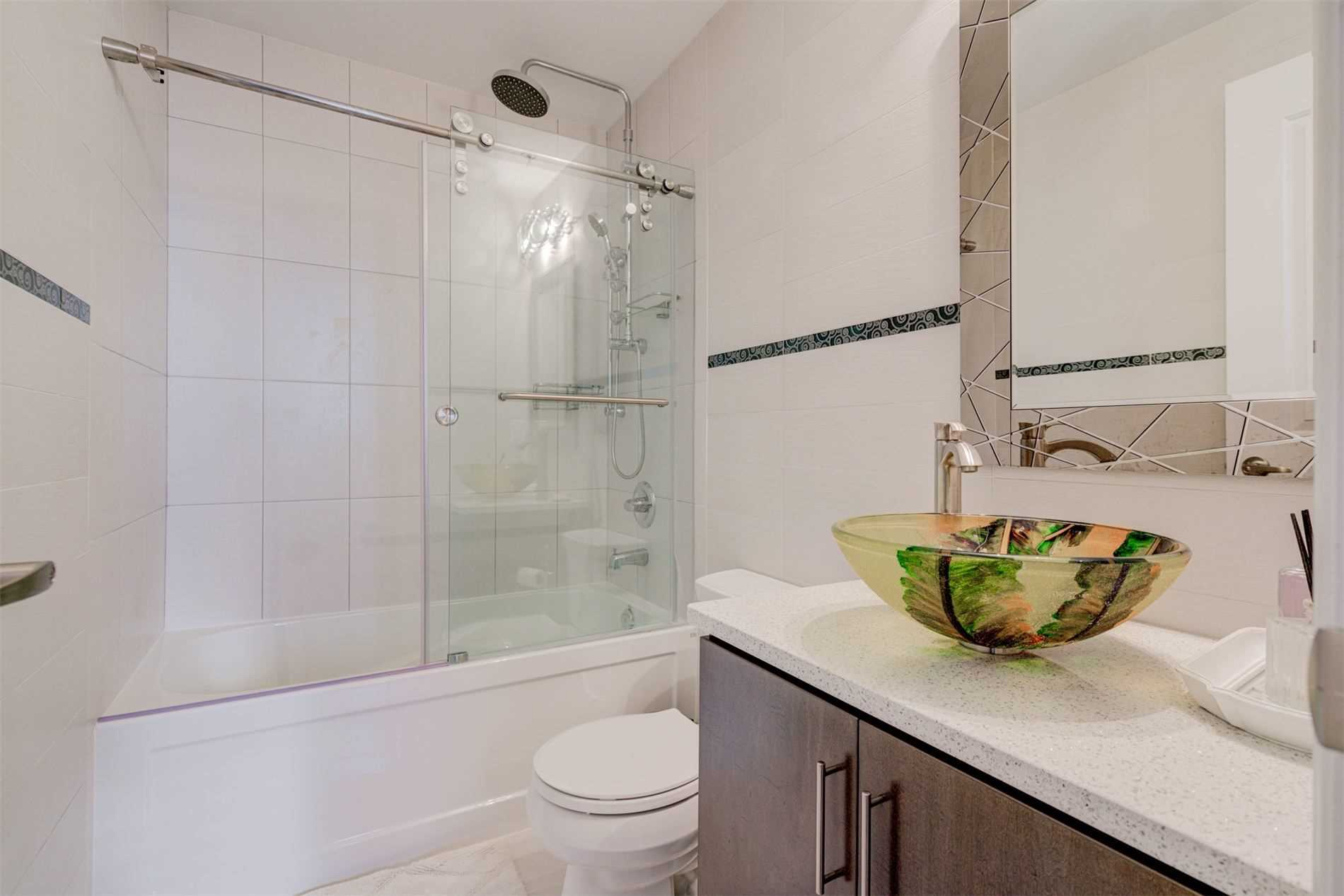 Image 14 of 39 showing inside of 2 Bedroom Condo Apt Apartment for Sale at 9255 Jane St Unit# 1603, Vaughan L6A0K1