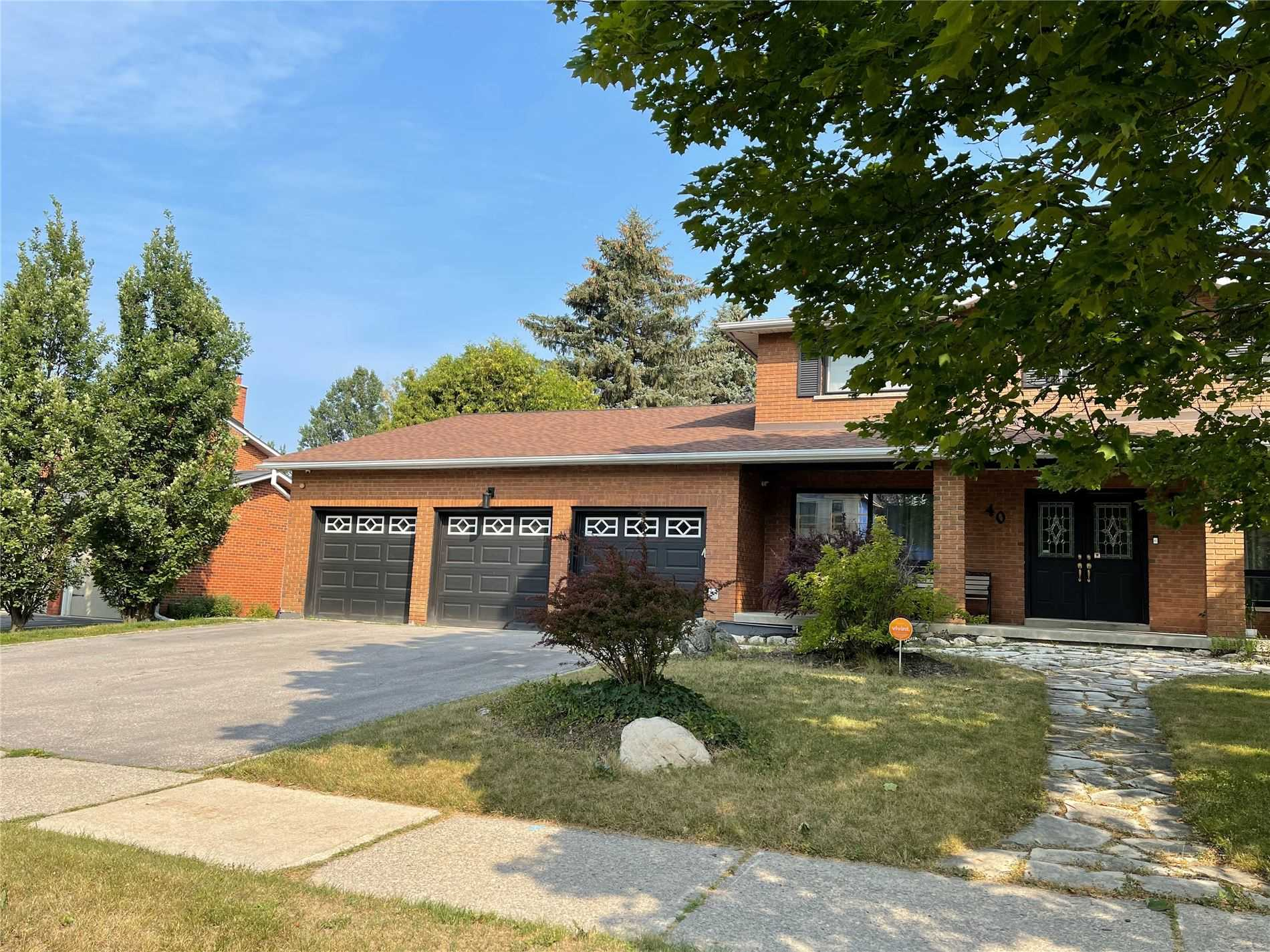 pictures of 40 Blackforest Dr, Richmond Hill L4E2N6