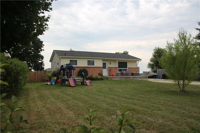 pictures of 40 Jardine Cres, Clearview L0M1G0