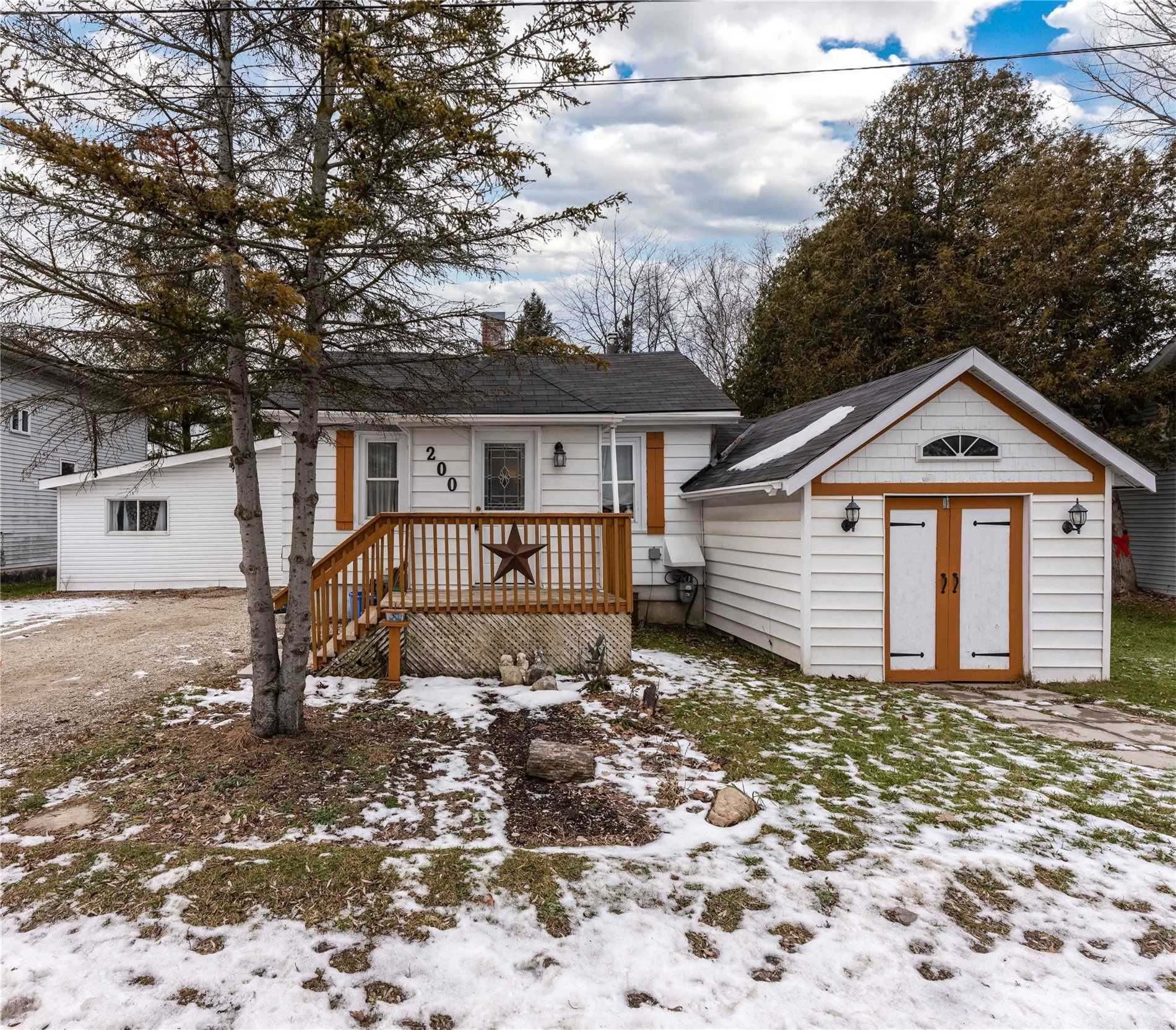 pictures of house for sale MLS: S5071582 located at 200 Sutherland St N, Clearview L0M1S0