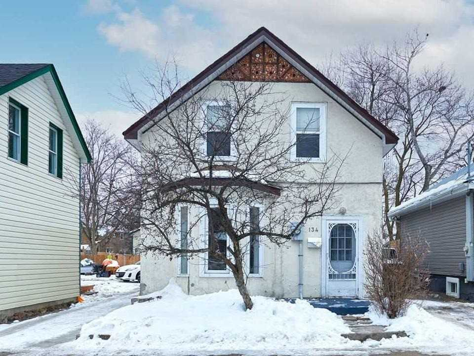 pictures of house for sale MLS: S5083183 located at 134 Sanford St, Barrie L4N3C7