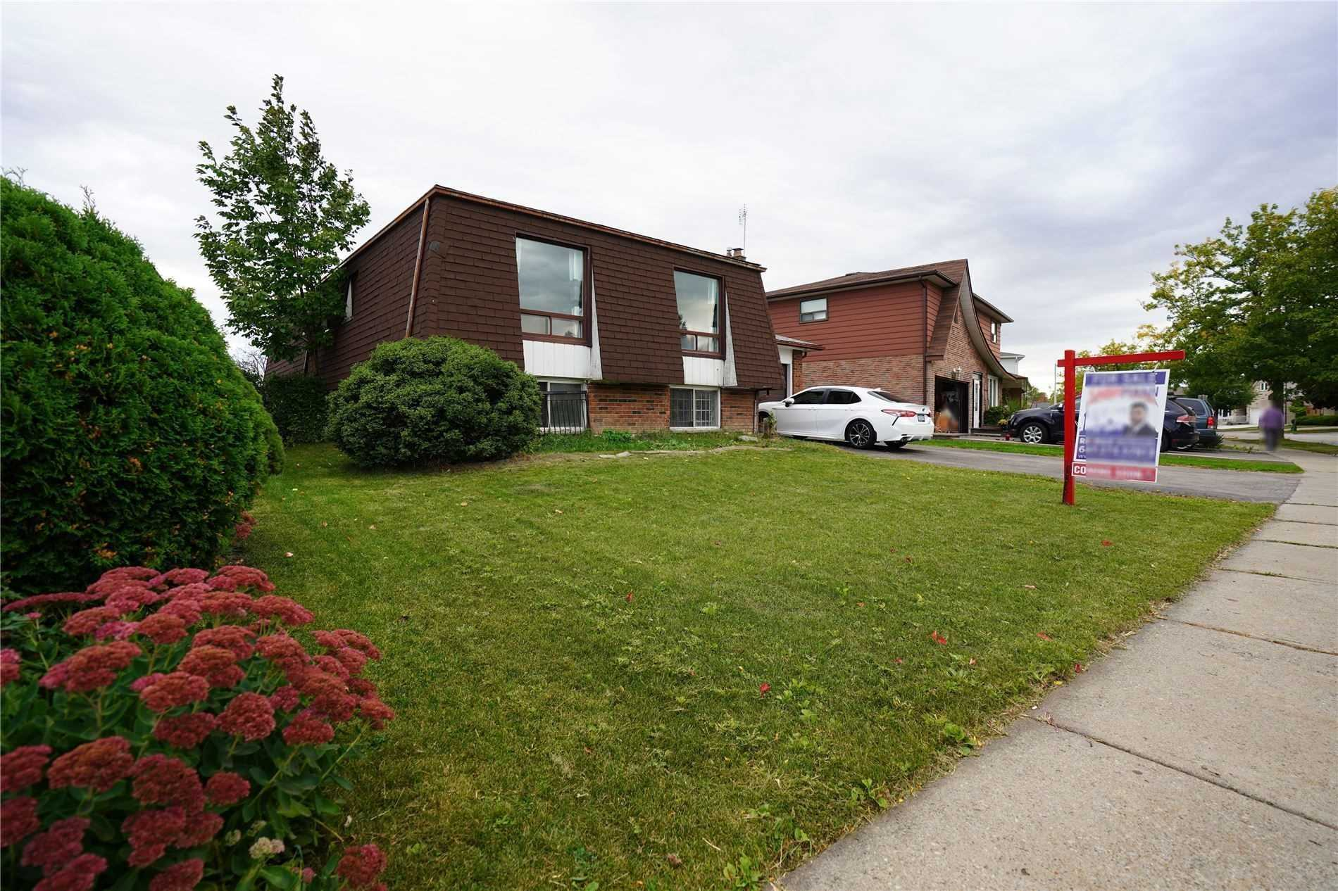 pictures of house for sale MLS: W4655292 located at 3906 Brandon Gate Dr, Mississauga L4T3N8