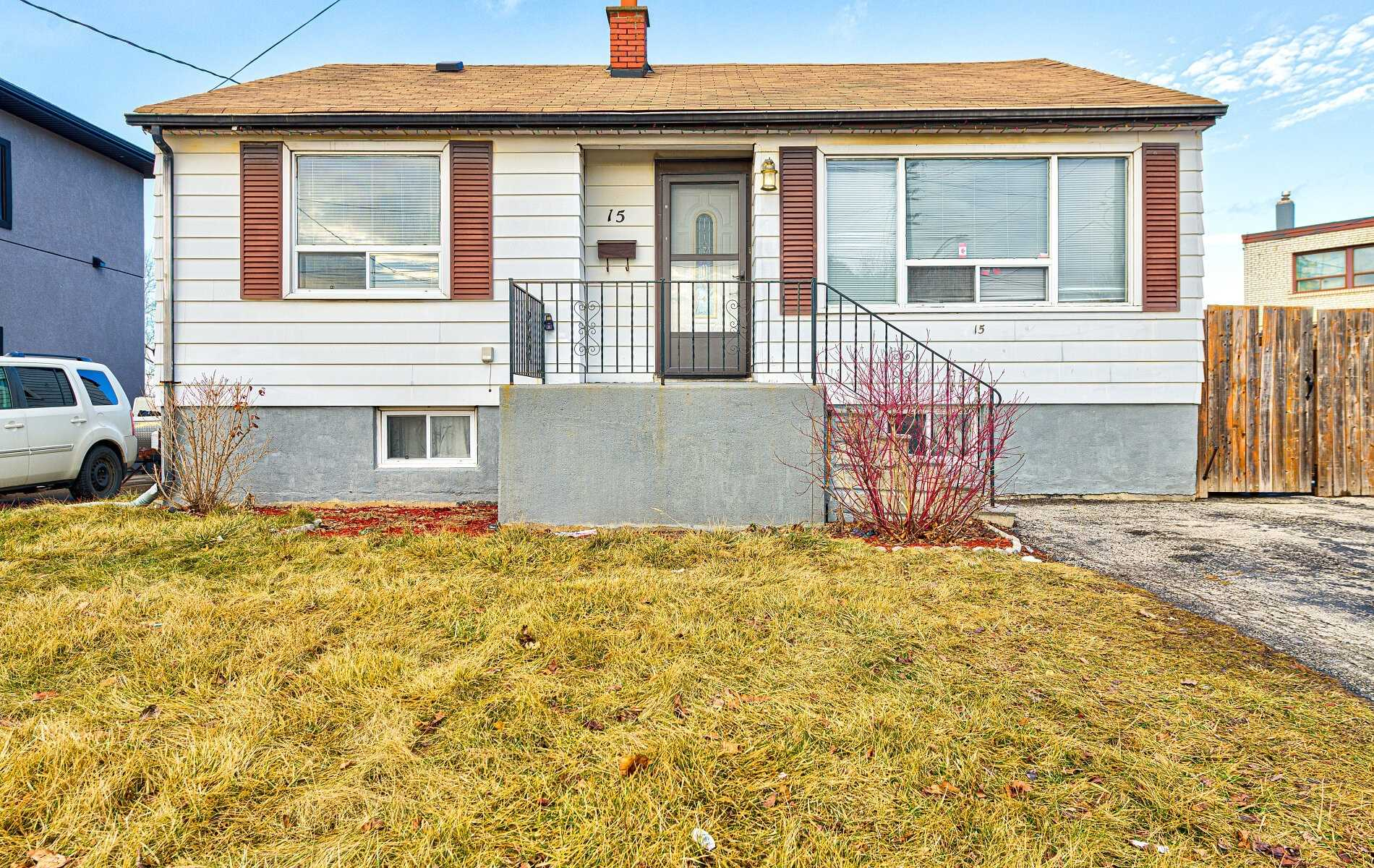 pictures of house for sale MLS: W4683321 located at 15 Hull St, Mississauga L4T1C4